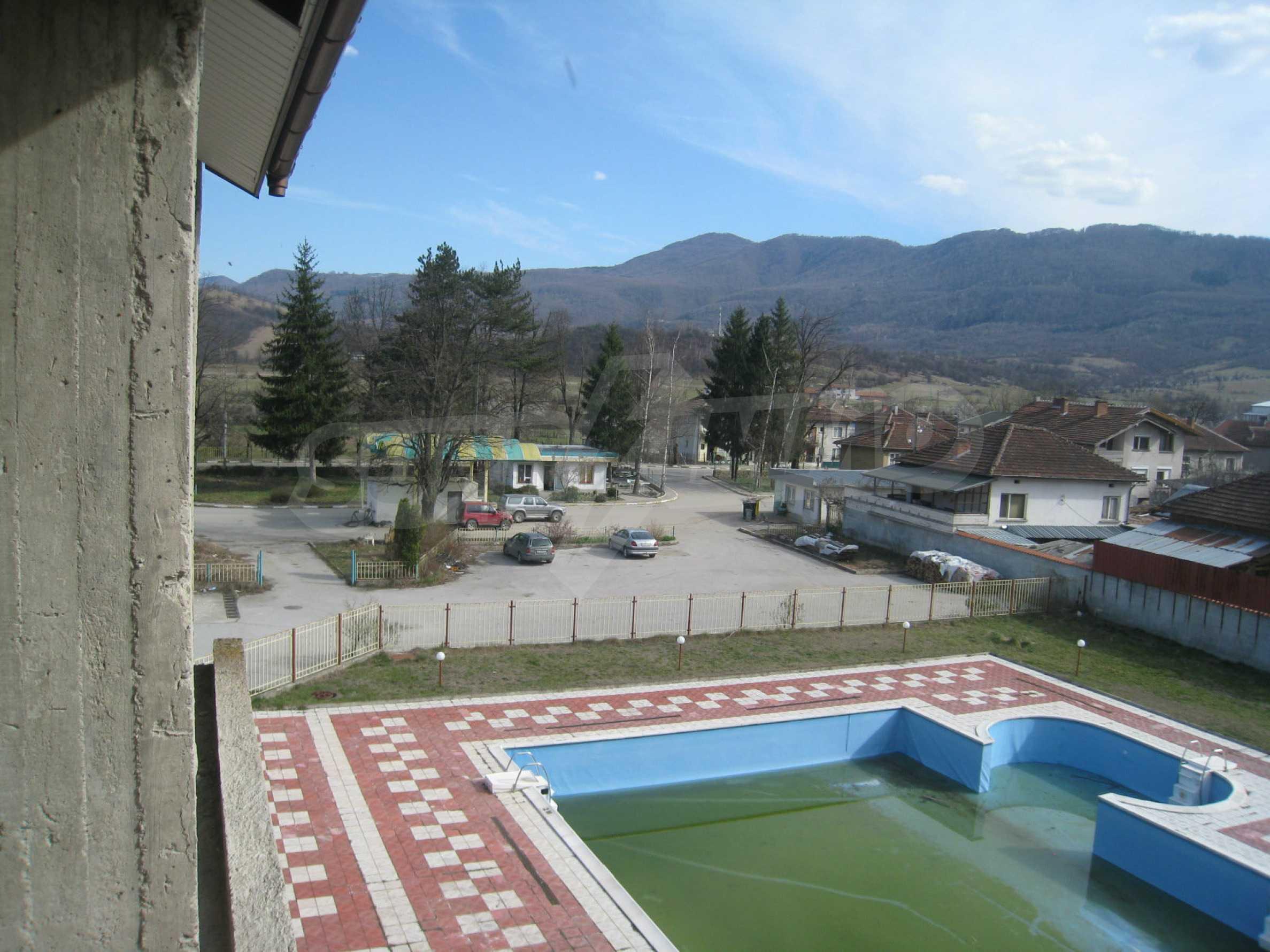 Hotelanlage mit Schwimmbad, Tankstelle und großem Grundstück in Etropole 23