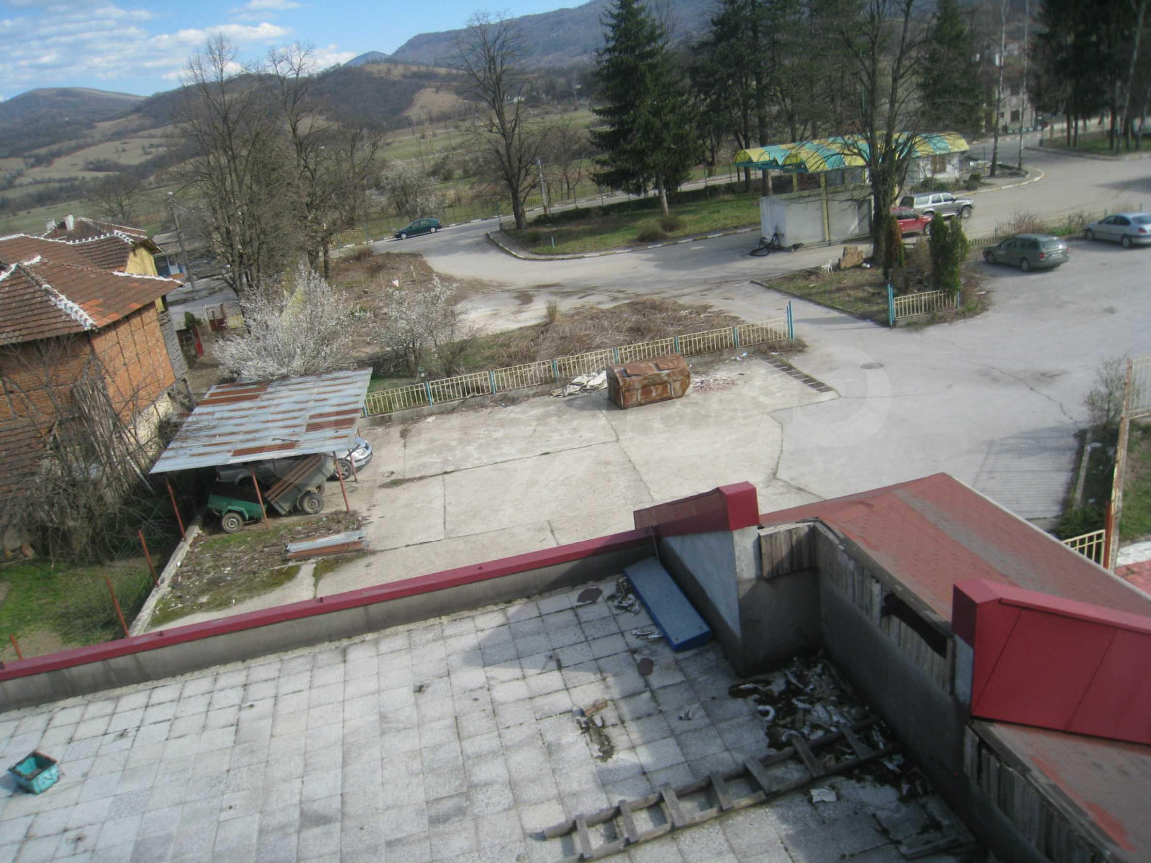 Hotelanlage mit Schwimmbad, Tankstelle und großem Grundstück in Etropole 27