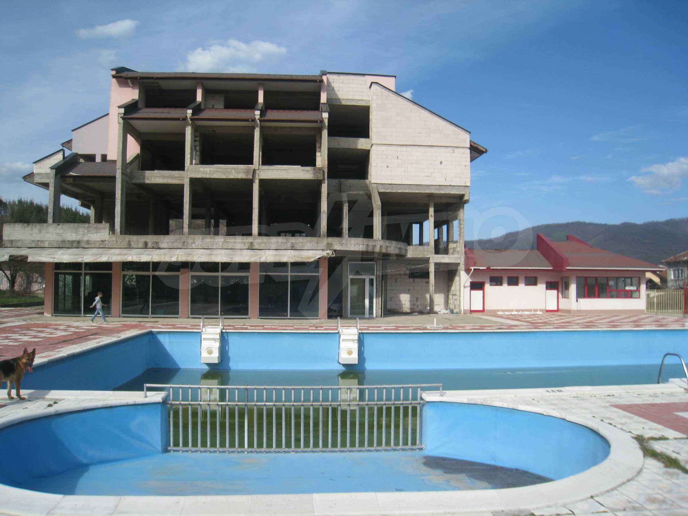Hotelanlage mit Schwimmbad, Tankstelle und großem Grundstück in Etropole 2