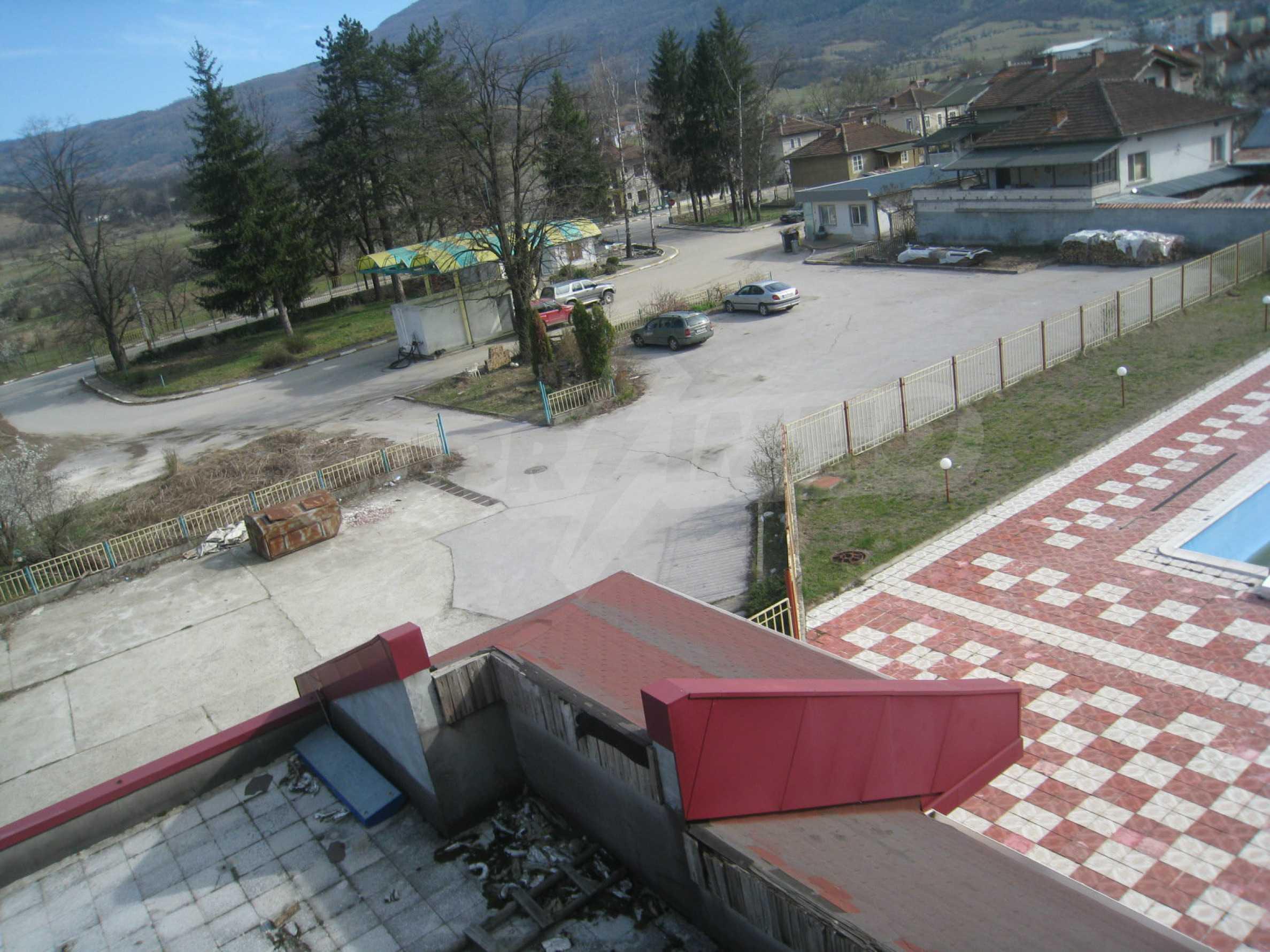 Hotelanlage mit Schwimmbad, Tankstelle und großem Grundstück in Etropole 28