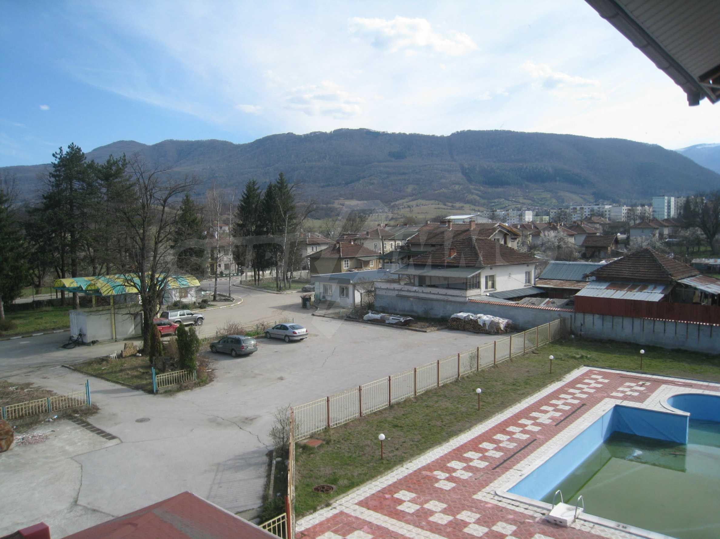 Hotelanlage mit Schwimmbad, Tankstelle und großem Grundstück in Etropole 29