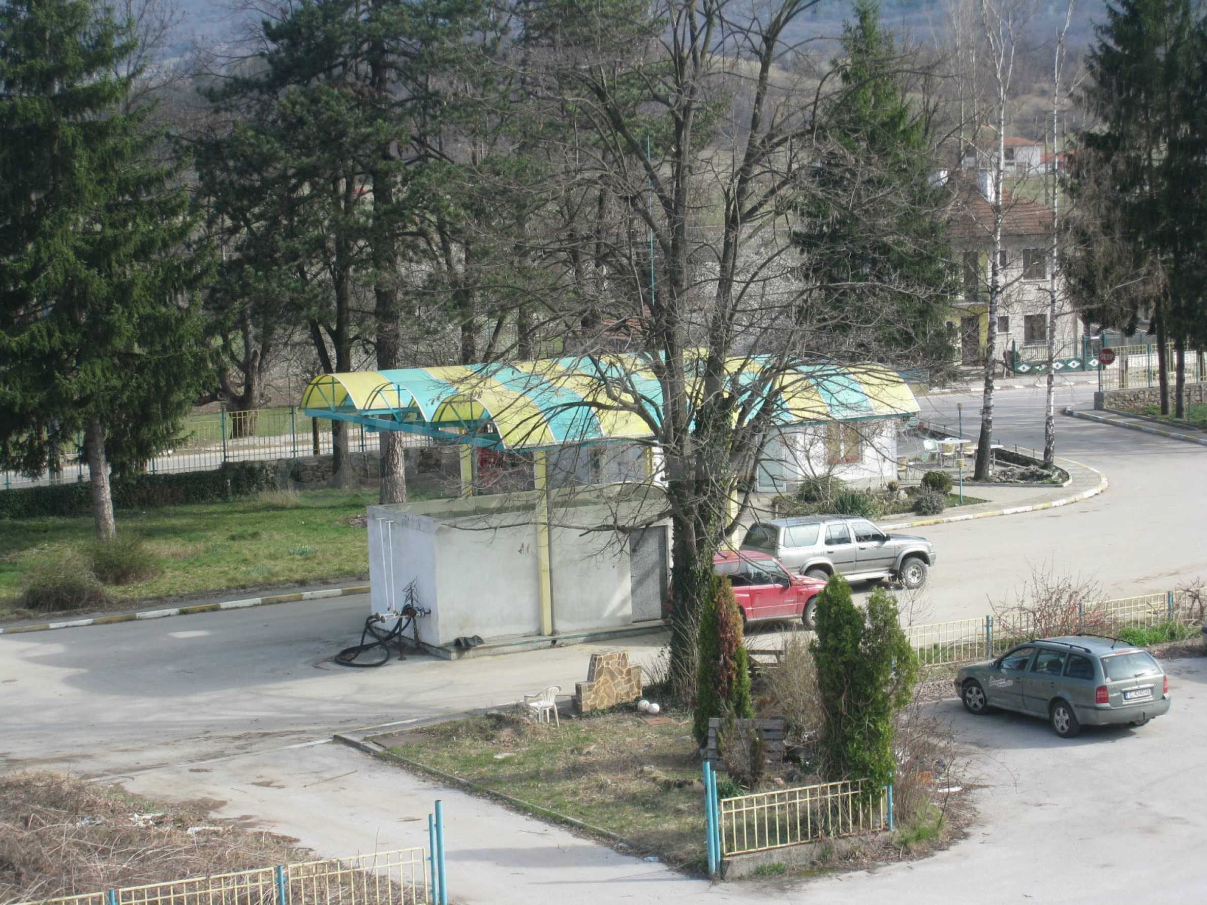 Hotelanlage mit Schwimmbad, Tankstelle und großem Grundstück in Etropole 30