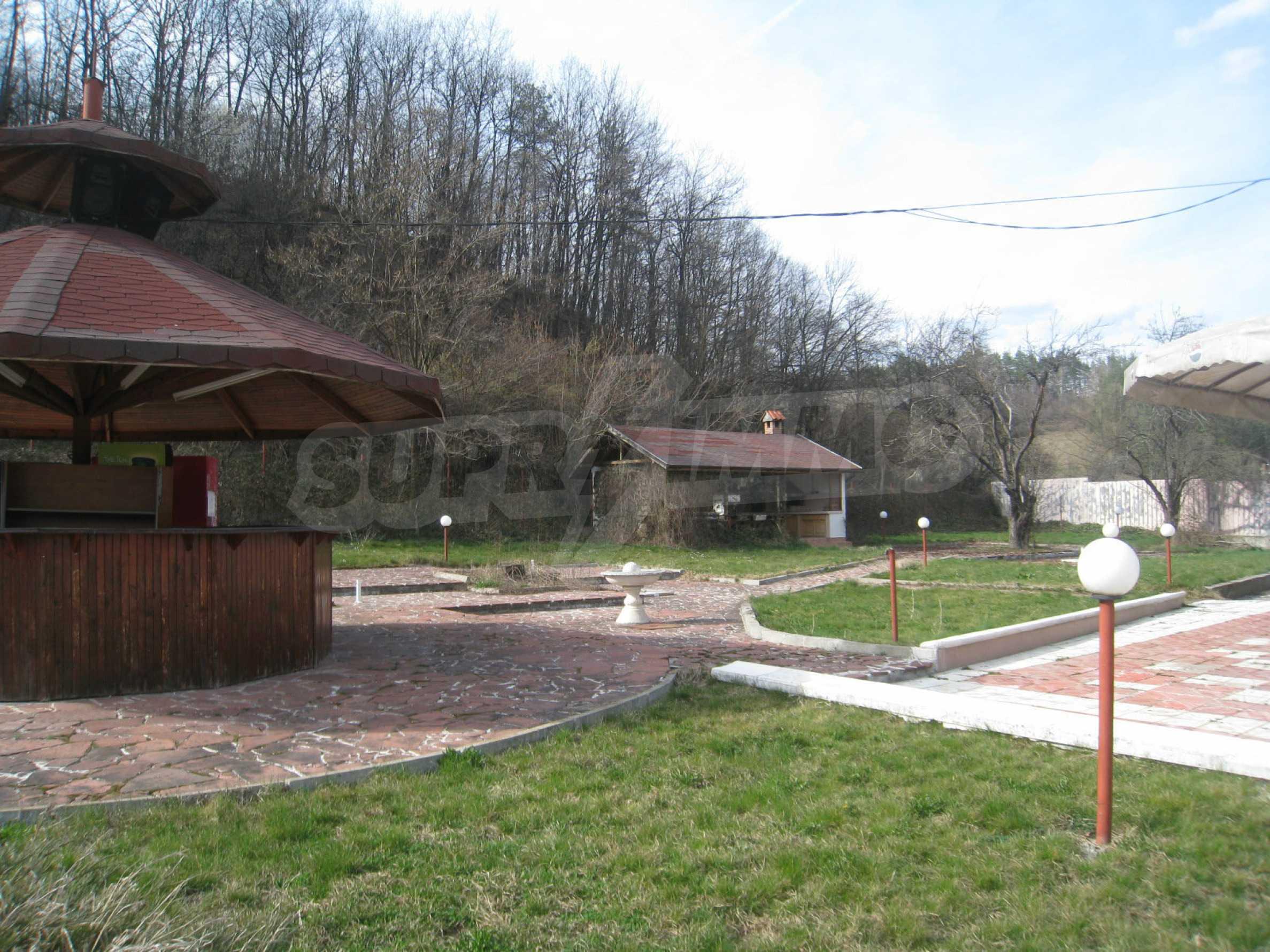 Hotelanlage mit Schwimmbad, Tankstelle und großem Grundstück in Etropole 31