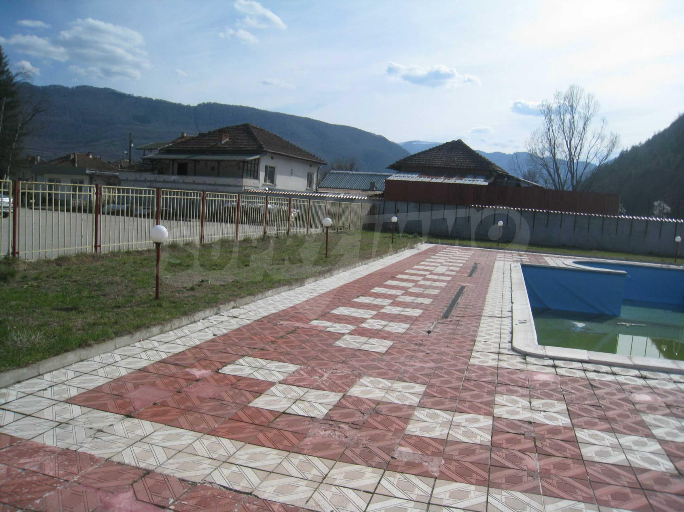 Hotelanlage mit Schwimmbad, Tankstelle und großem Grundstück in Etropole 32