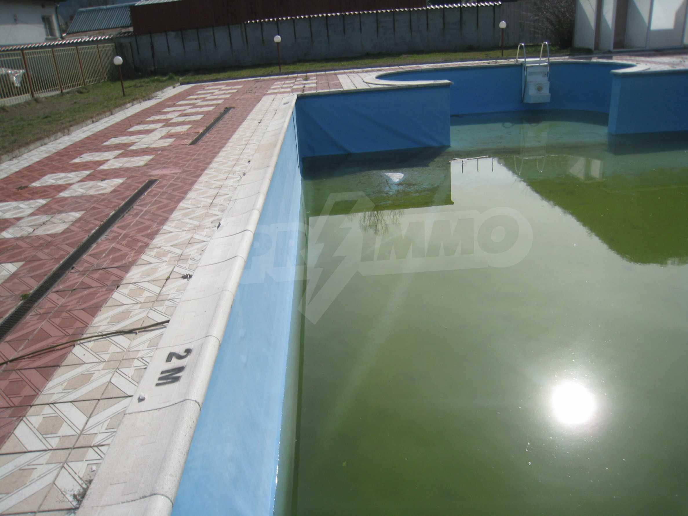 Hotelanlage mit Schwimmbad, Tankstelle und großem Grundstück in Etropole 34