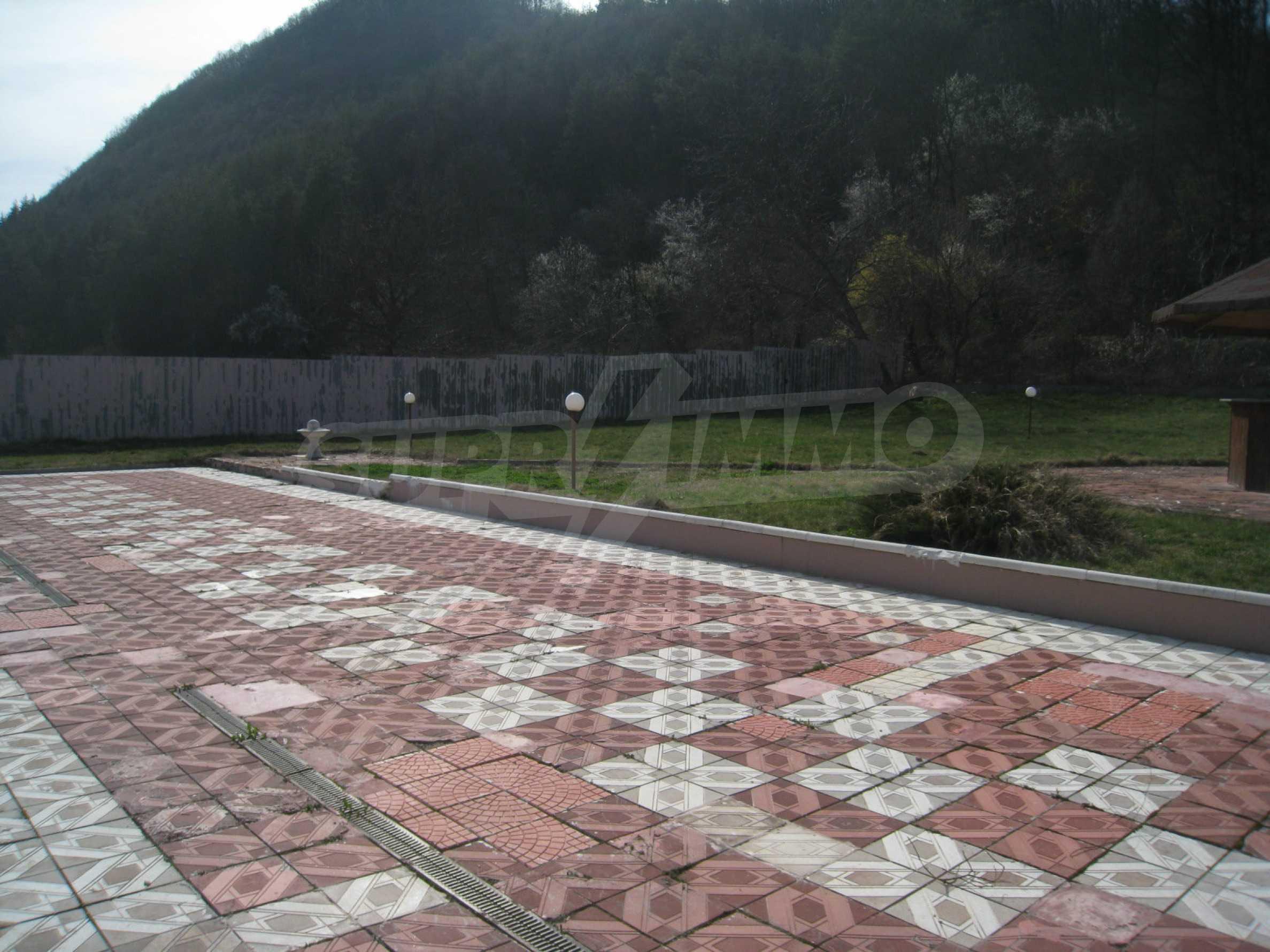 Hotelanlage mit Schwimmbad, Tankstelle und großem Grundstück in Etropole 35