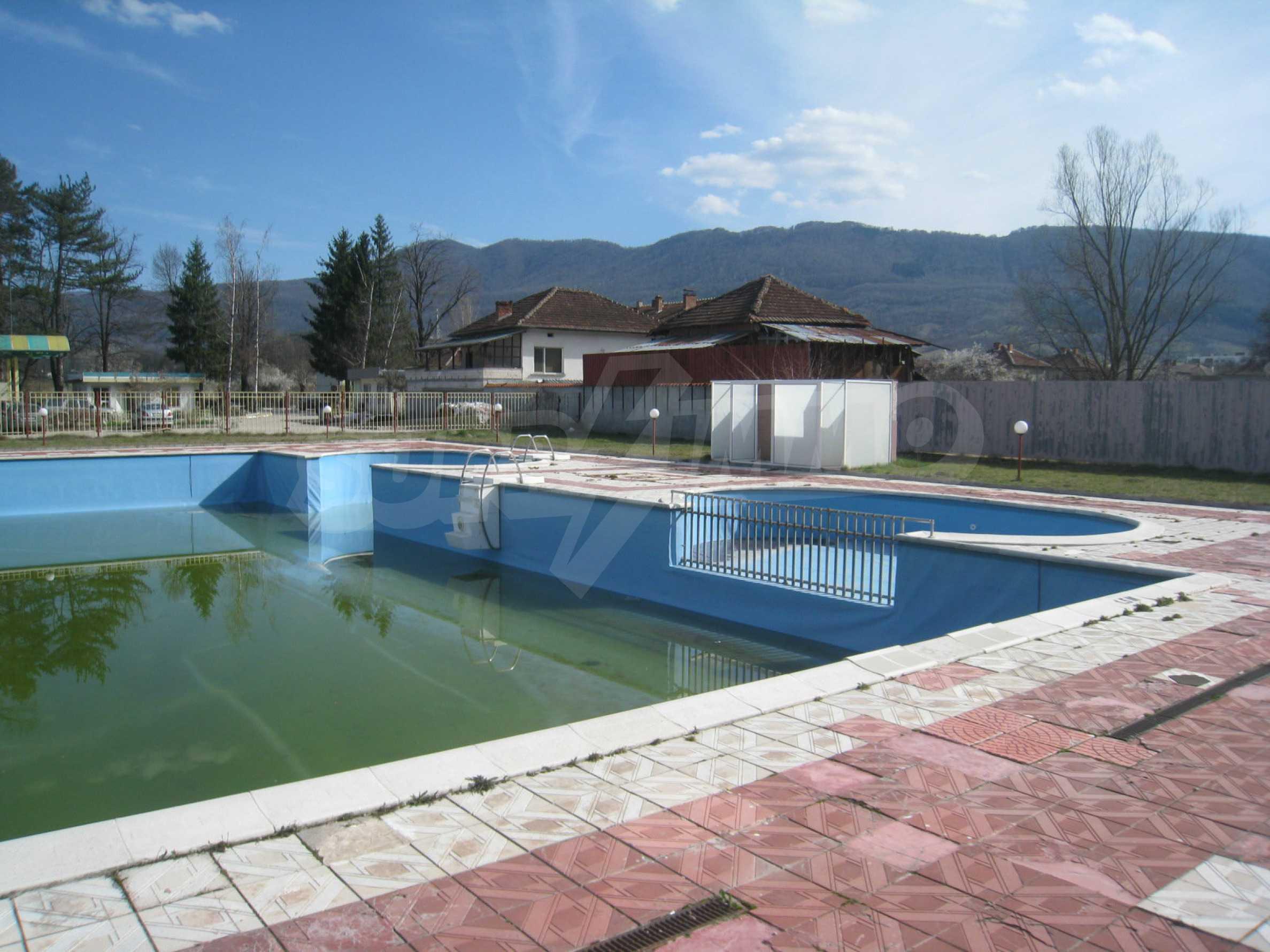 Hotelanlage mit Schwimmbad, Tankstelle und großem Grundstück in Etropole 37