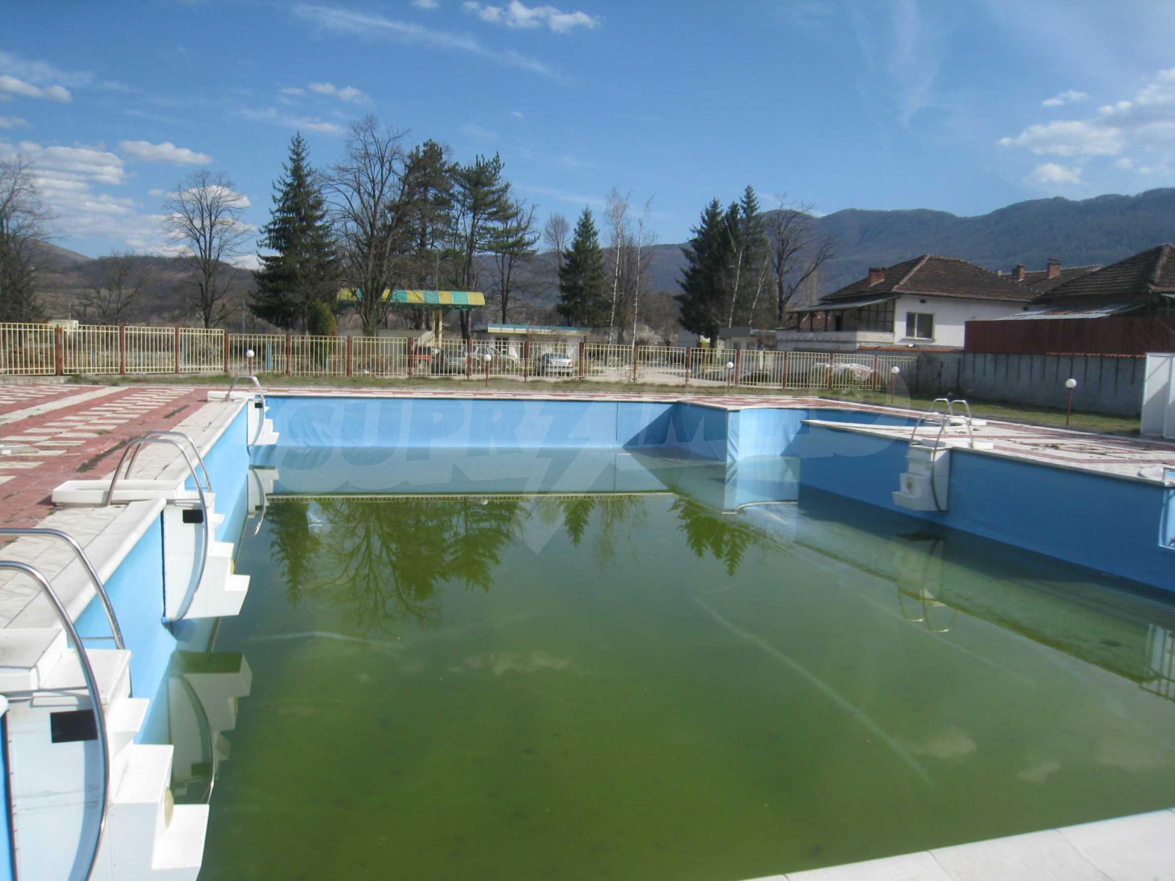 Hotelanlage mit Schwimmbad, Tankstelle und großem Grundstück in Etropole 38