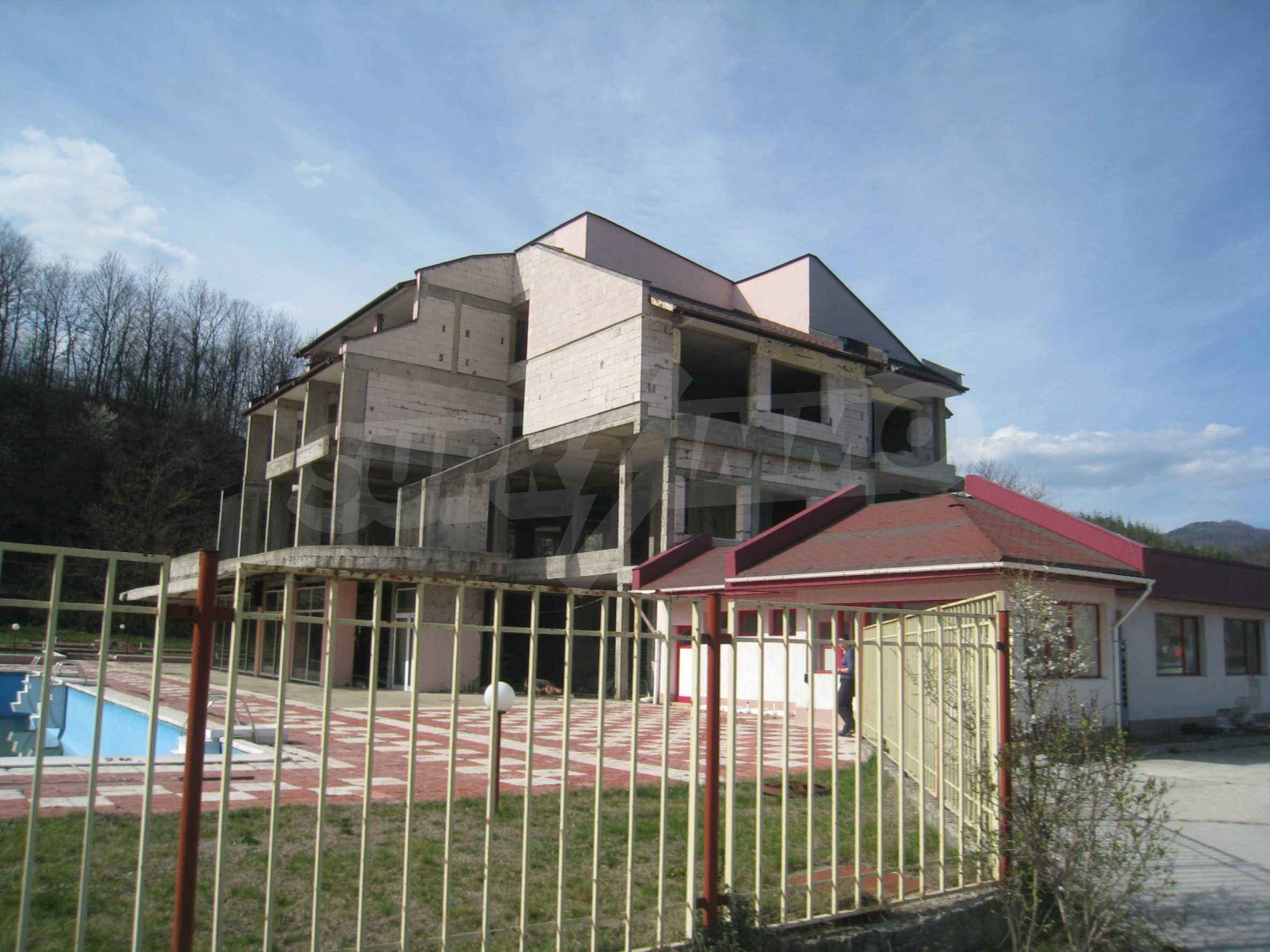 Hotelanlage mit Schwimmbad, Tankstelle und großem Grundstück in Etropole 40