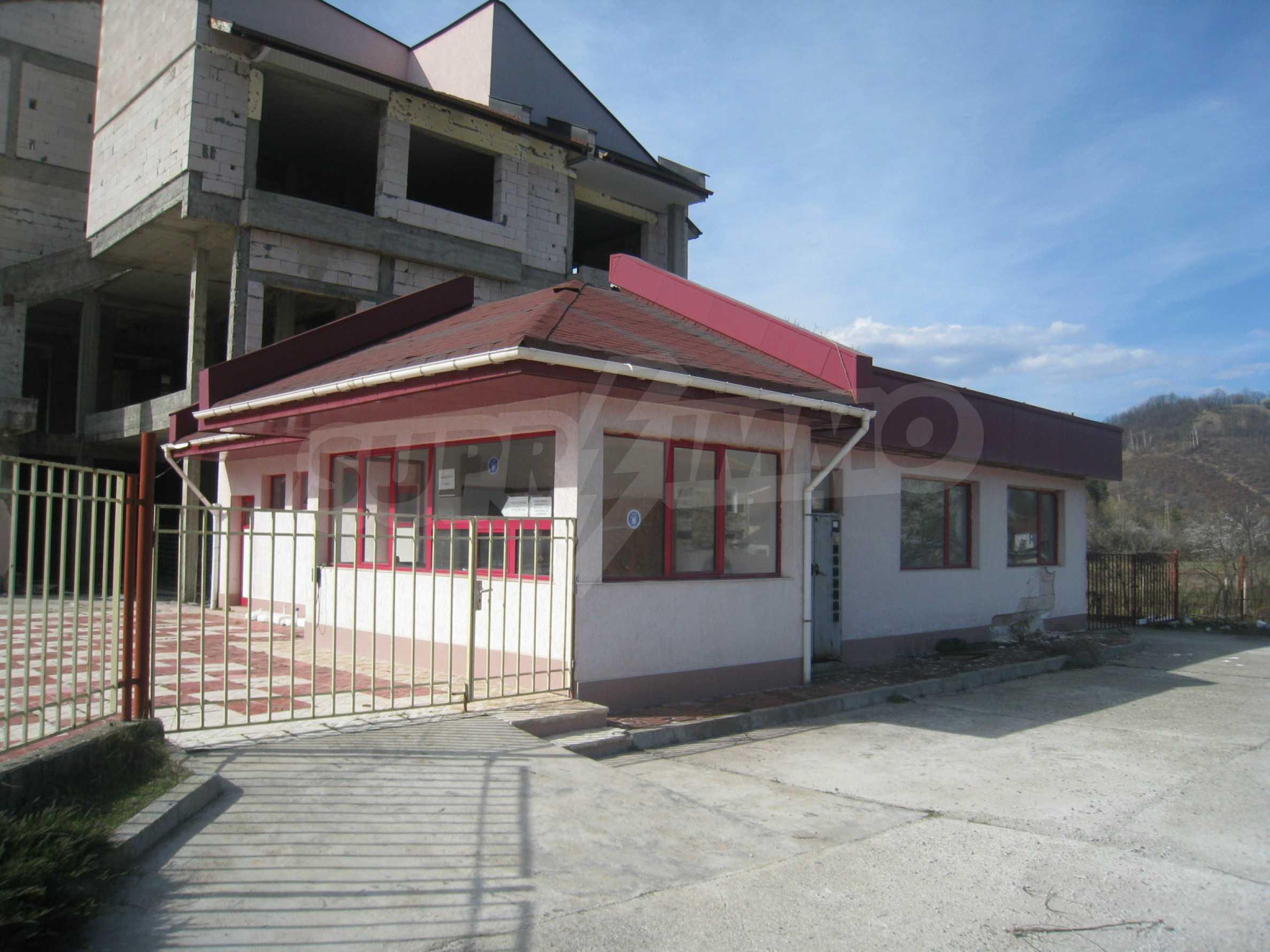 Hotelanlage mit Schwimmbad, Tankstelle und großem Grundstück in Etropole 41