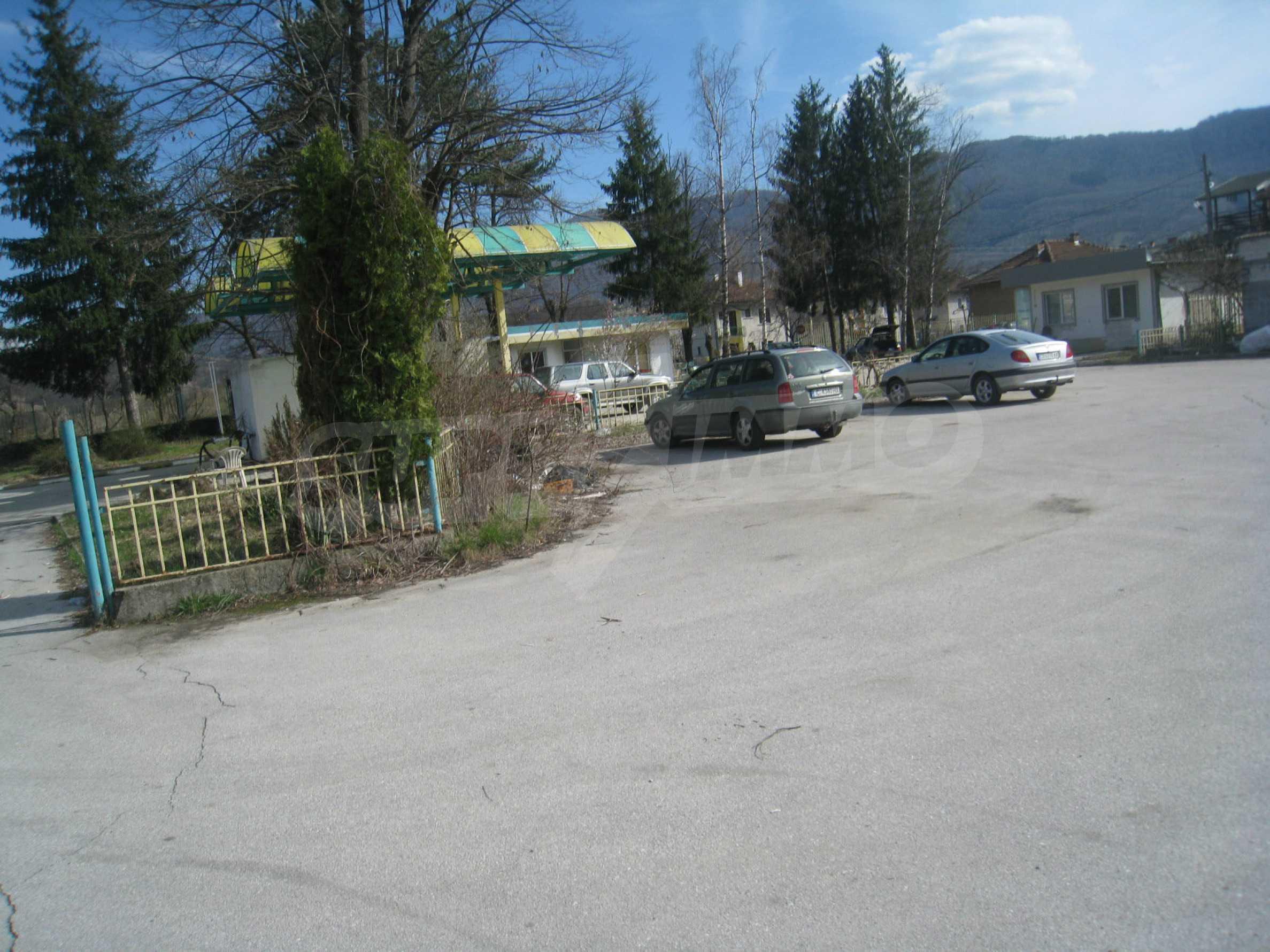 Hotelanlage mit Schwimmbad, Tankstelle und großem Grundstück in Etropole 43