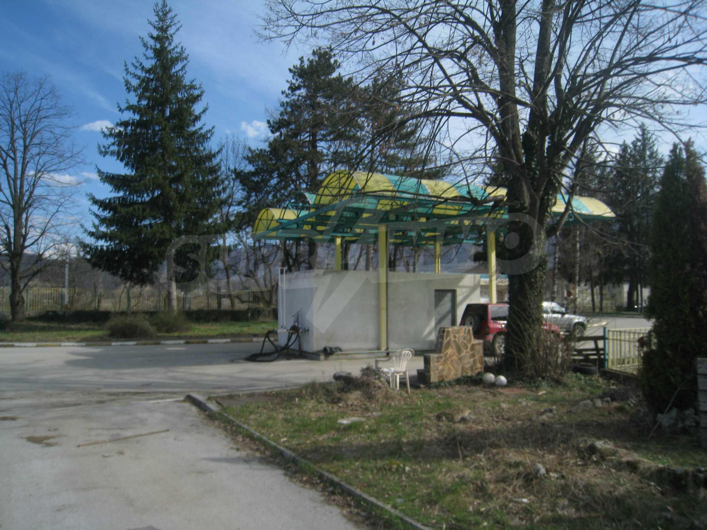 Hotelanlage mit Schwimmbad, Tankstelle und großem Grundstück in Etropole 44