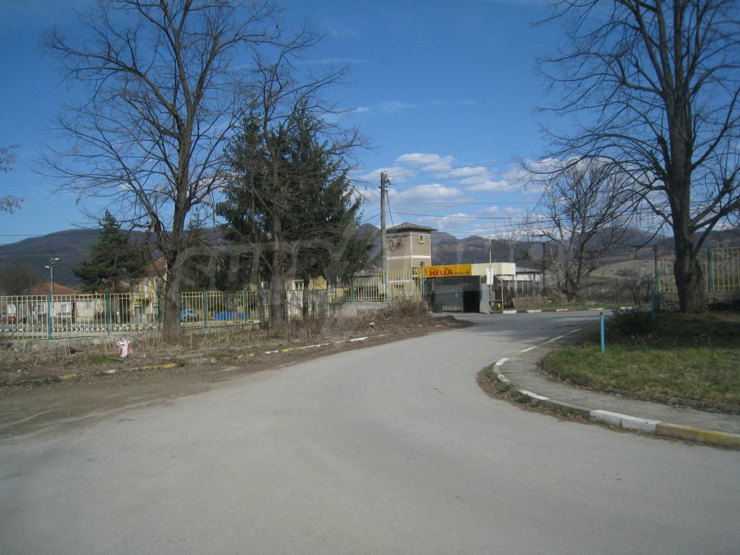 Hotelanlage mit Schwimmbad, Tankstelle und großem Grundstück in Etropole 45