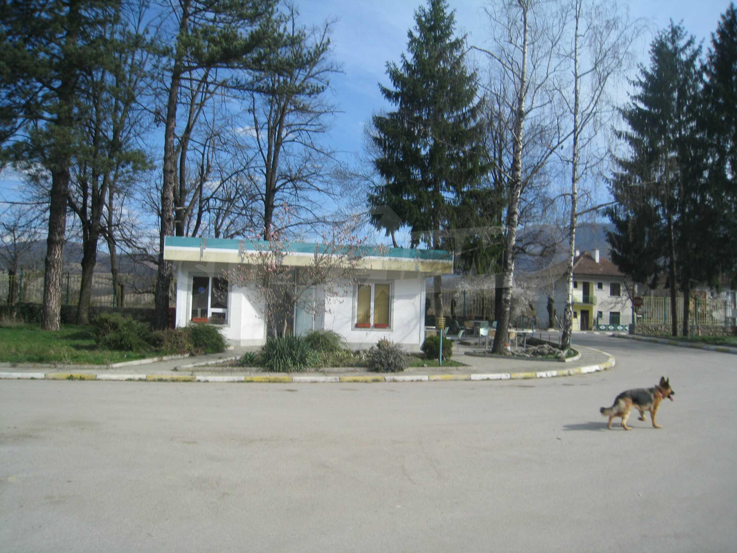 Hotelanlage mit Schwimmbad, Tankstelle und großem Grundstück in Etropole 47