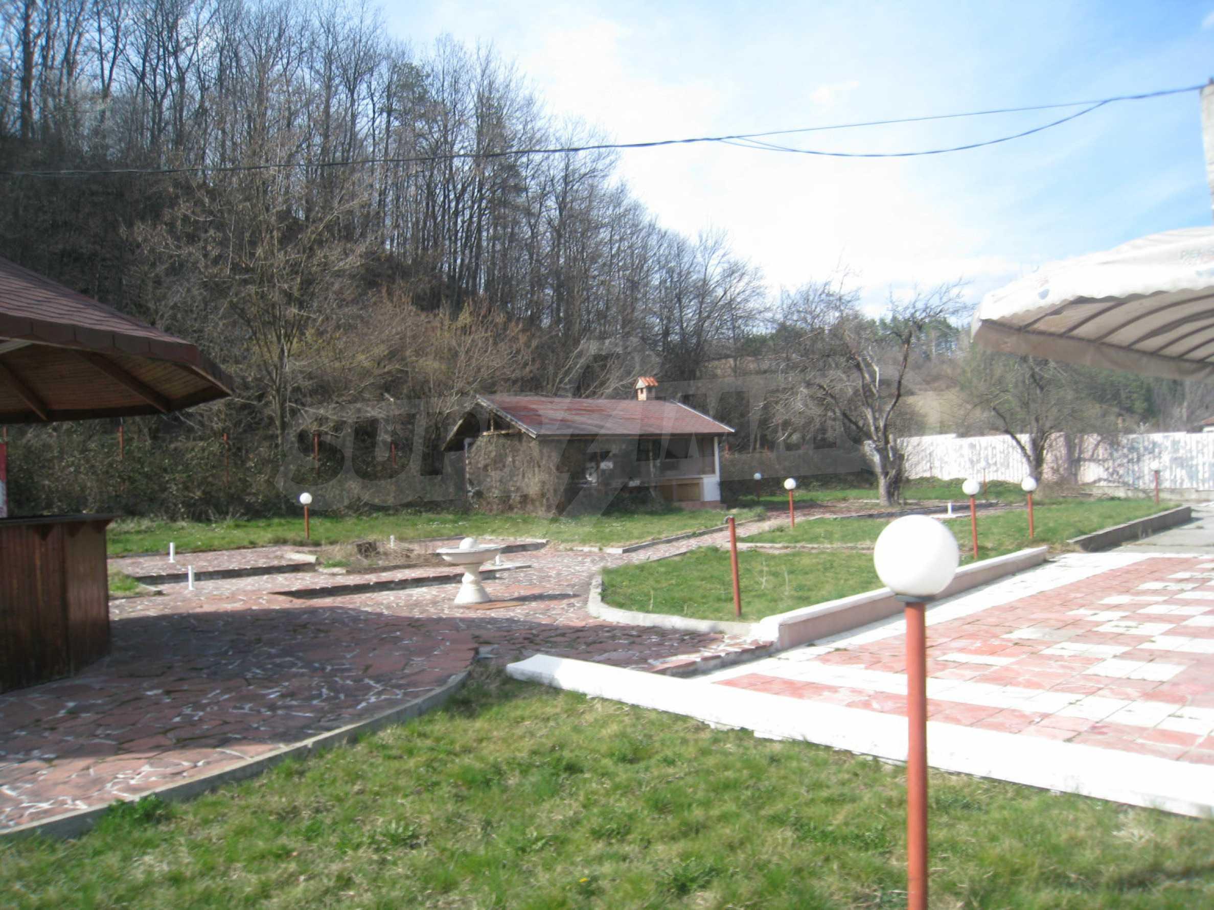 Hotelanlage mit Schwimmbad, Tankstelle und großem Grundstück in Etropole 4