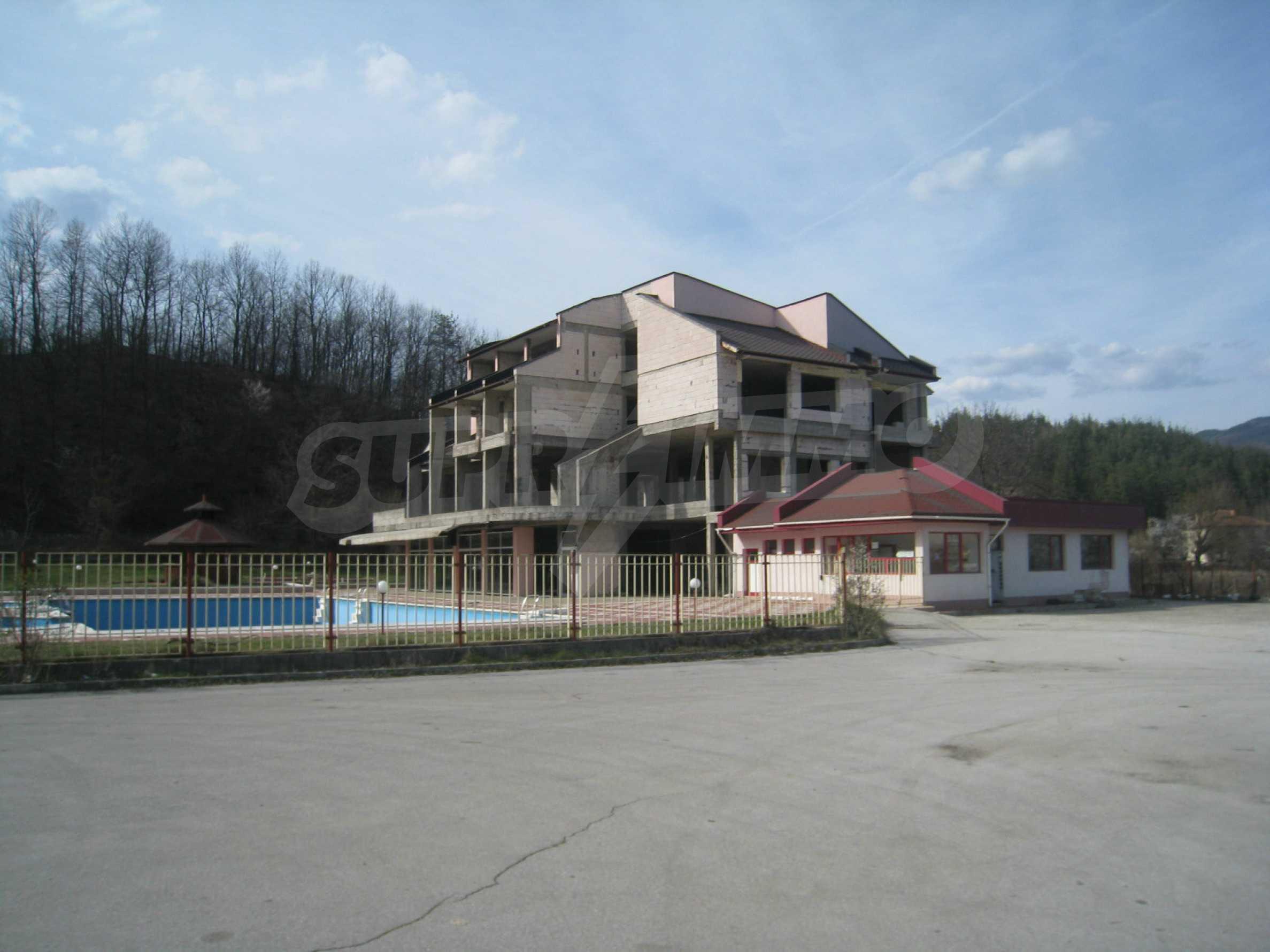 Hotelanlage mit Schwimmbad, Tankstelle und großem Grundstück in Etropole 52