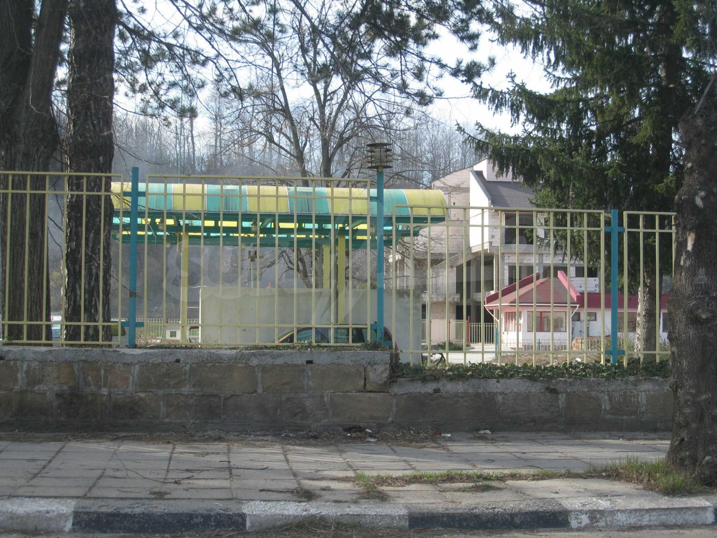 Hotelanlage mit Schwimmbad, Tankstelle und großem Grundstück in Etropole 53