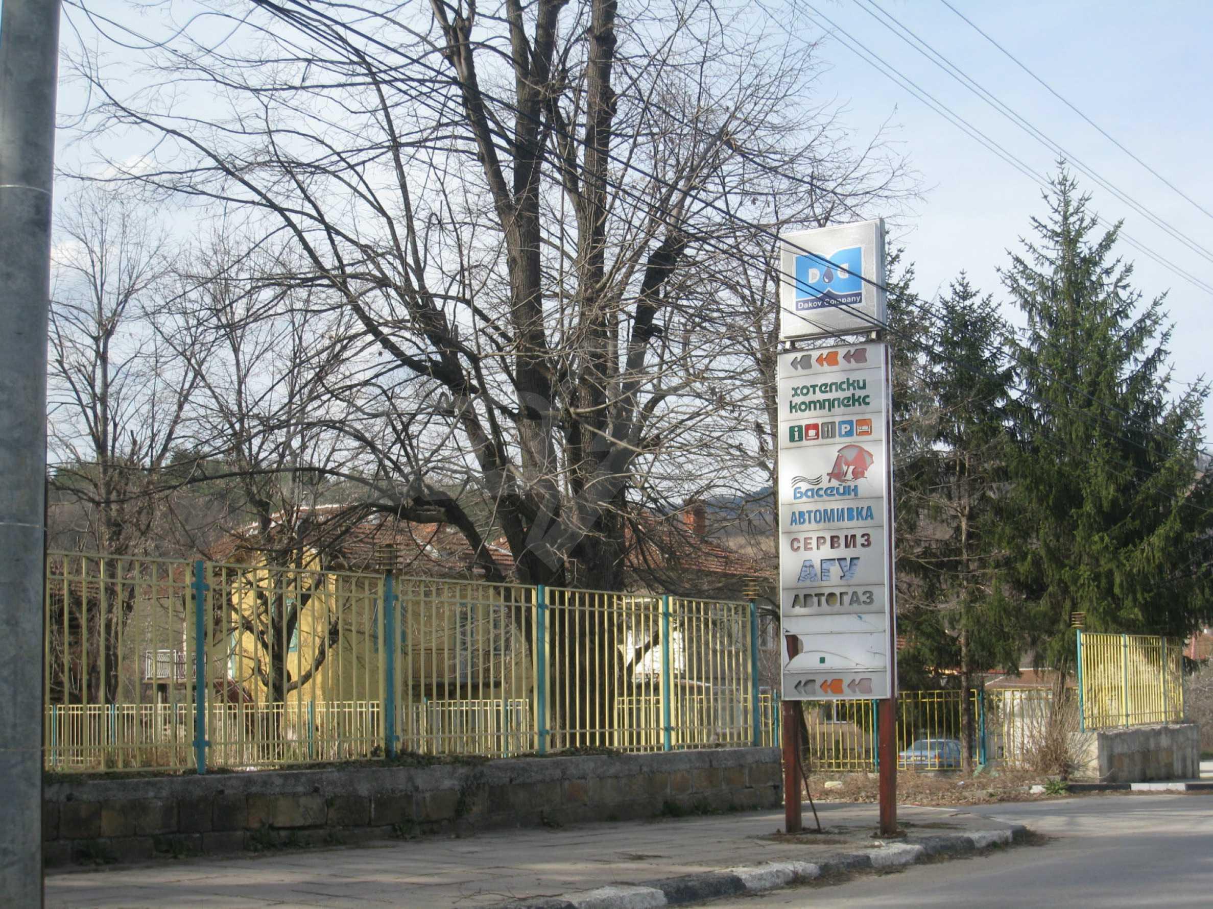 Hotelanlage mit Schwimmbad, Tankstelle und großem Grundstück in Etropole 54