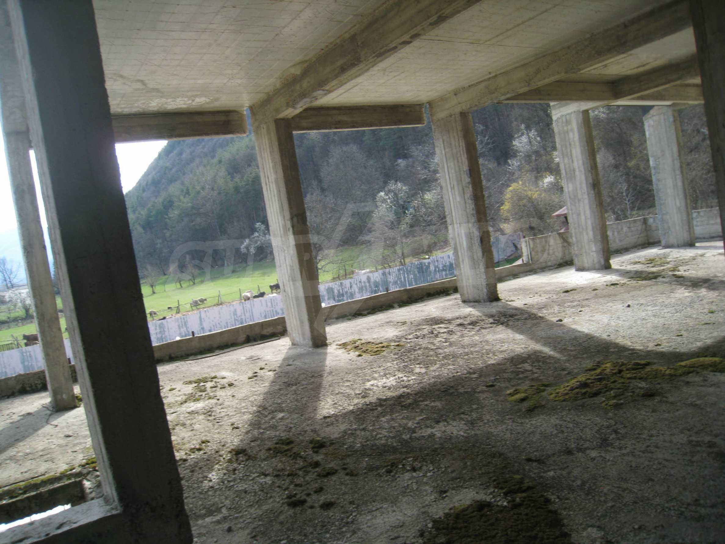 Hotelanlage mit Schwimmbad, Tankstelle und großem Grundstück in Etropole 8