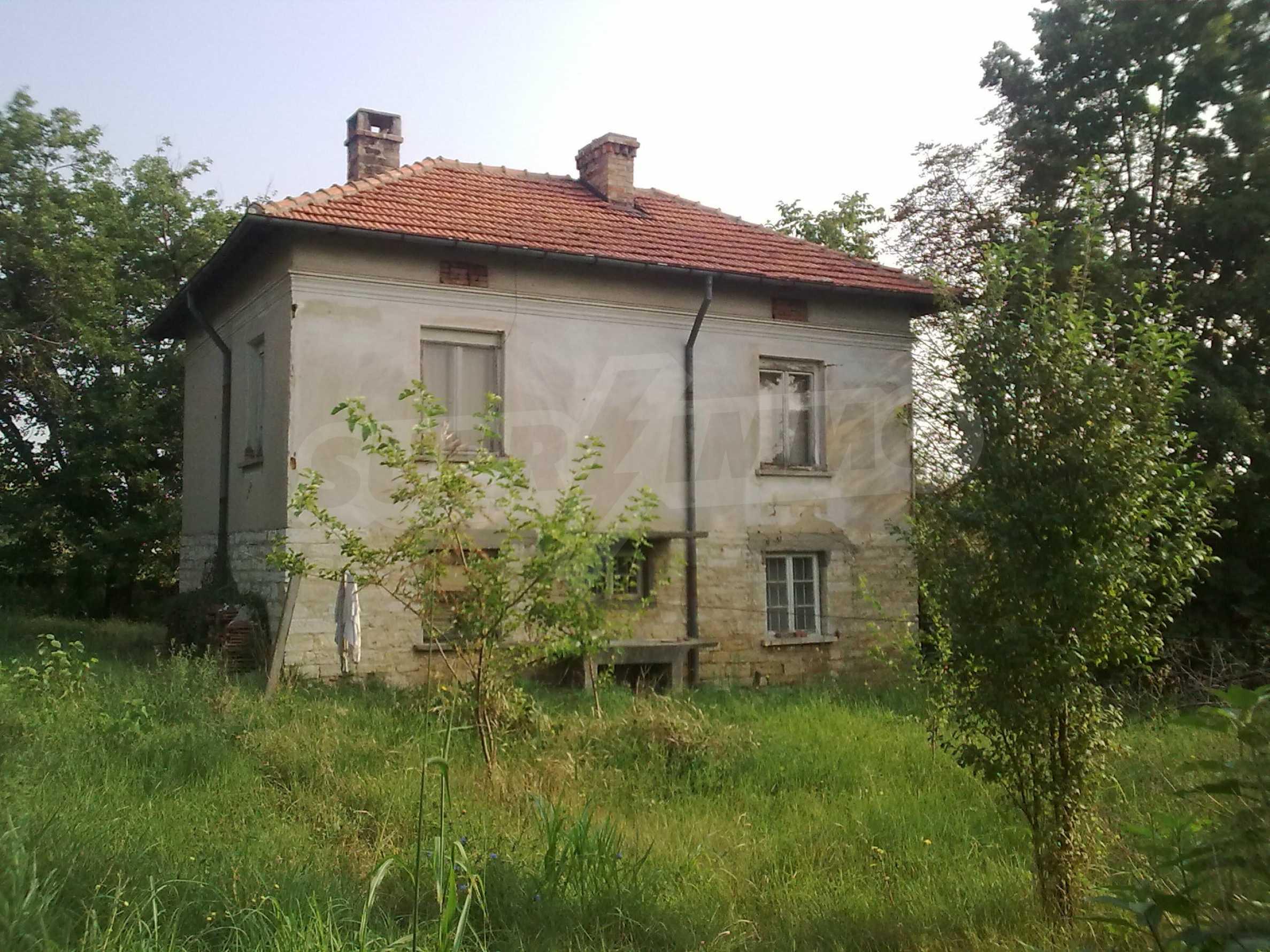 Ein massives zweistöckiges Haus mit einem großen Garten in der Stadt Gramada 1