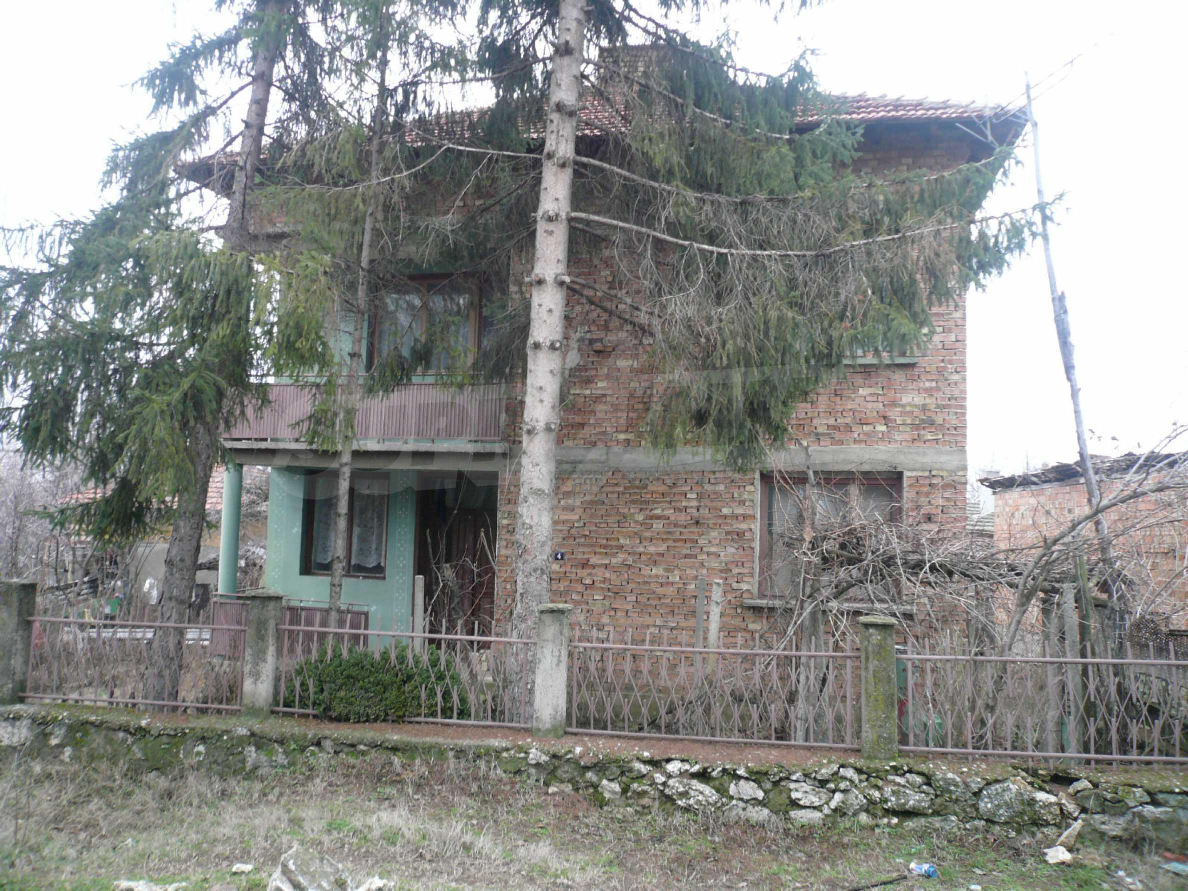 Massives zweistöckiges Haus mit Garten in der Nähe von Vidin