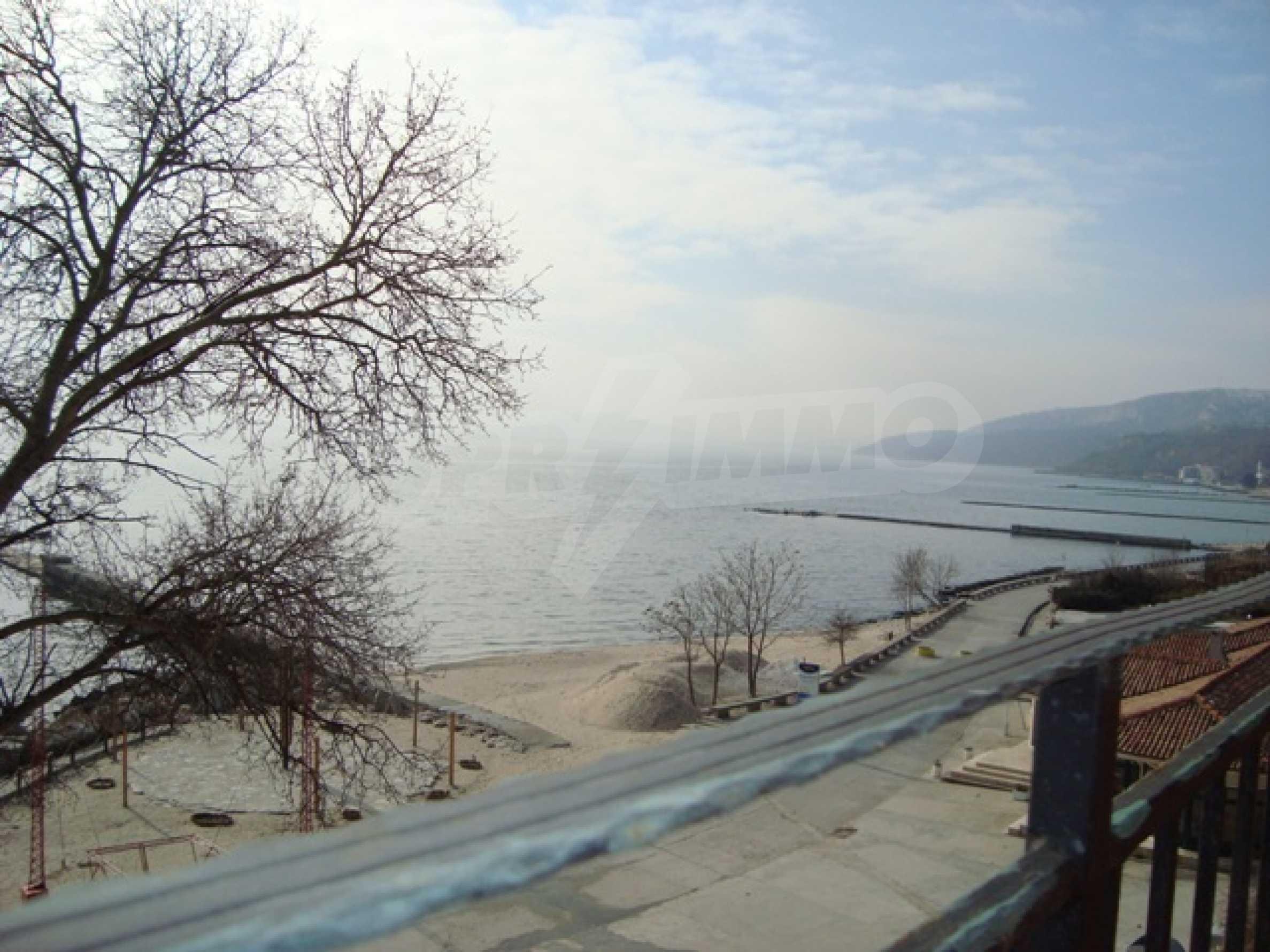 Первая линия моря в Балчике 36