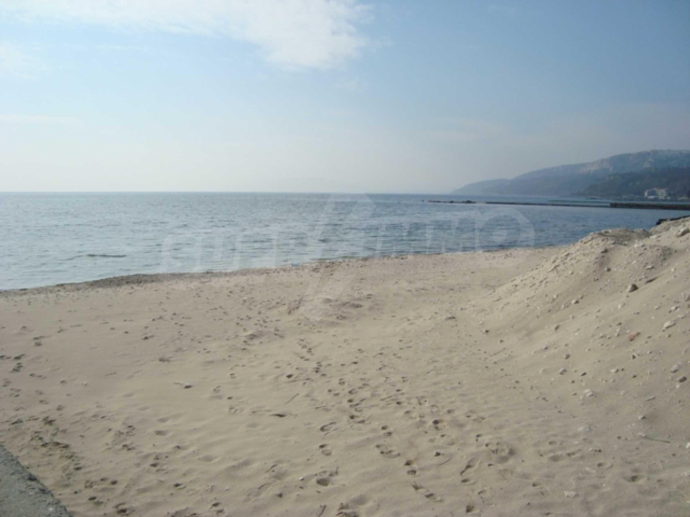 Первая линия моря в Балчике 3