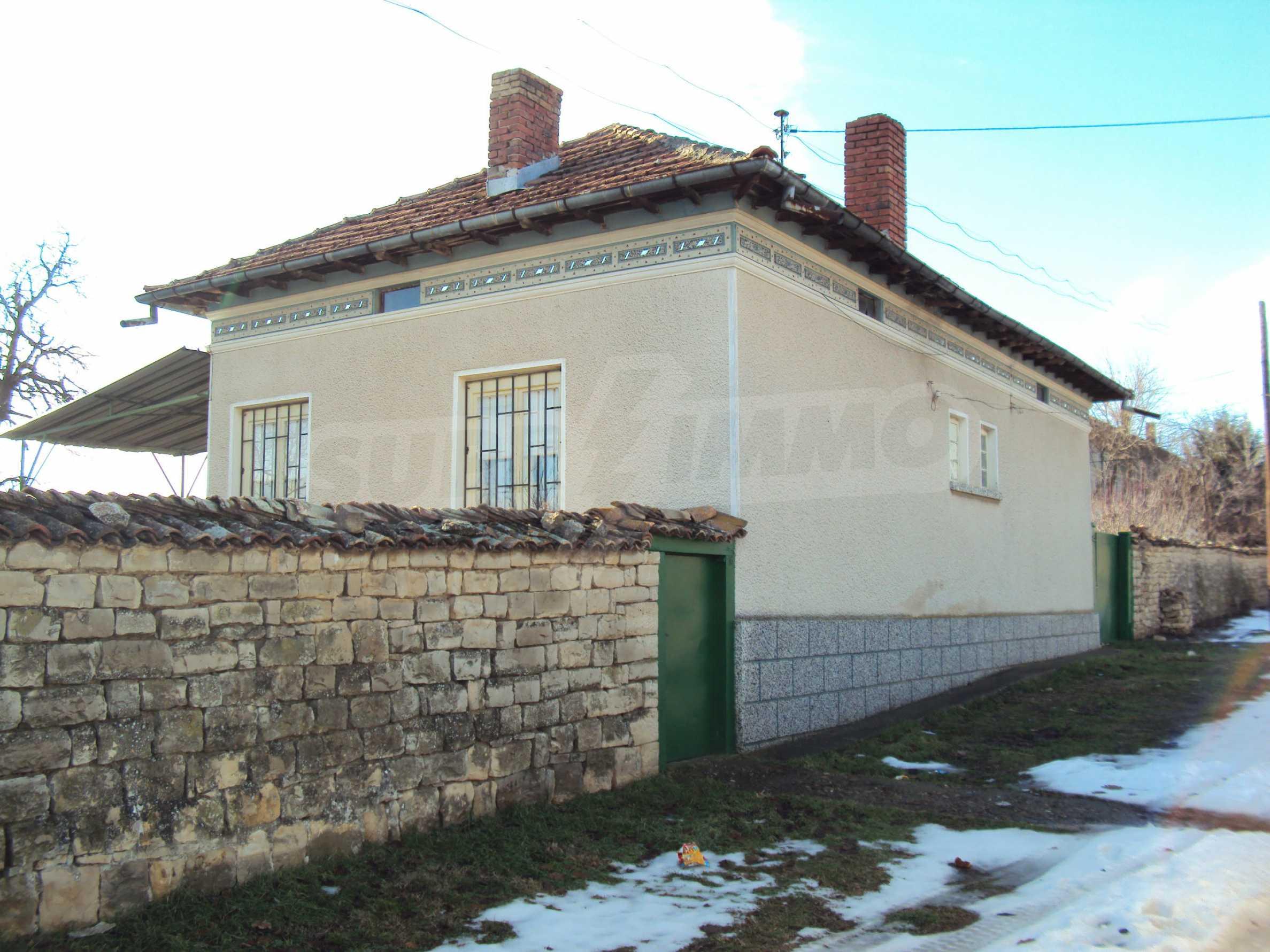 Einstöckiges Haus mit großem Garten in einem Dorf 30 km. von Veliko Tarnovo