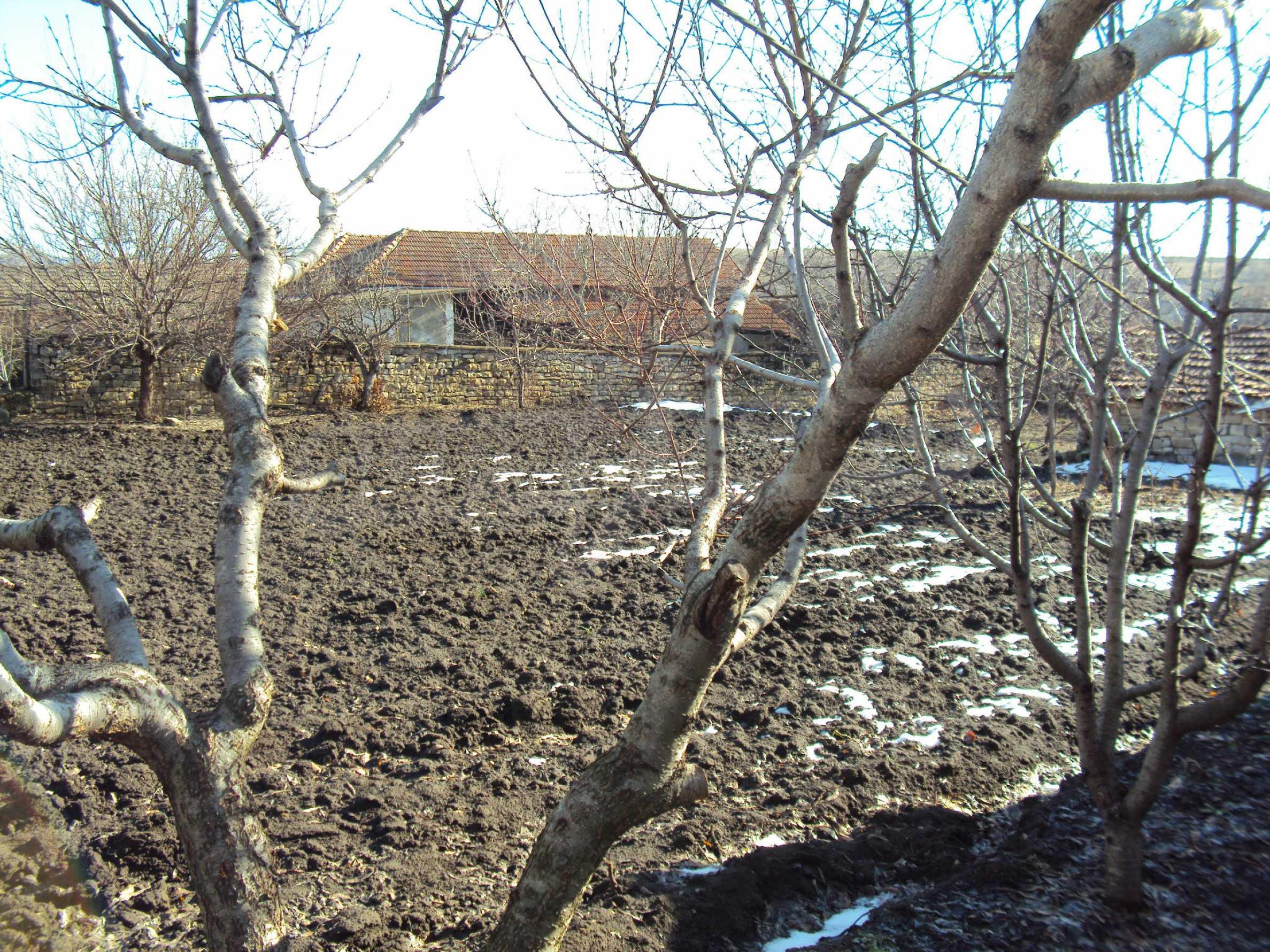 Einstöckiges Haus mit großem Garten in einem Dorf 30 km. von Veliko Tarnovo 38