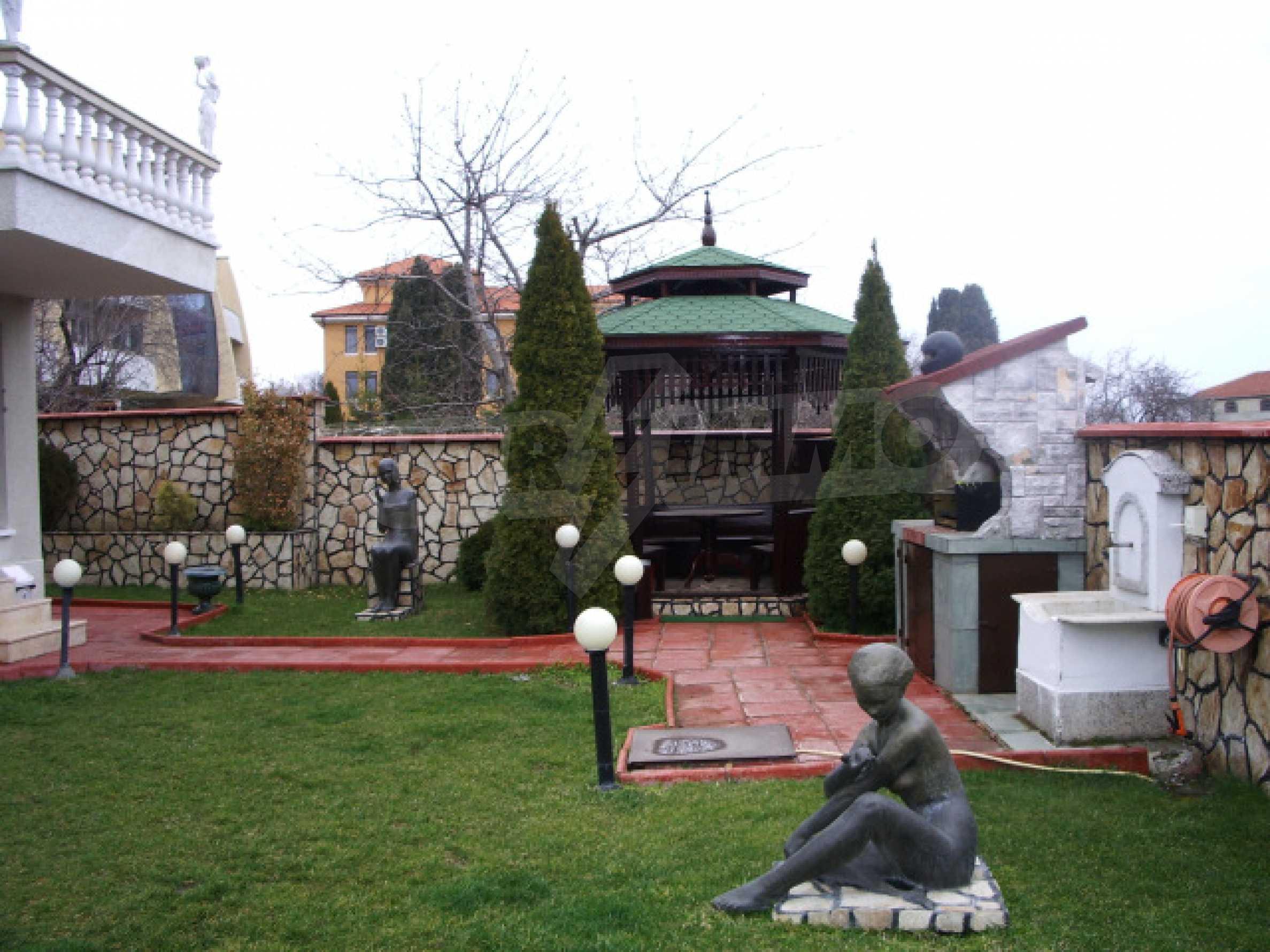 Елeгантна двуетажна къща близо до двореца на Евксиноград  39