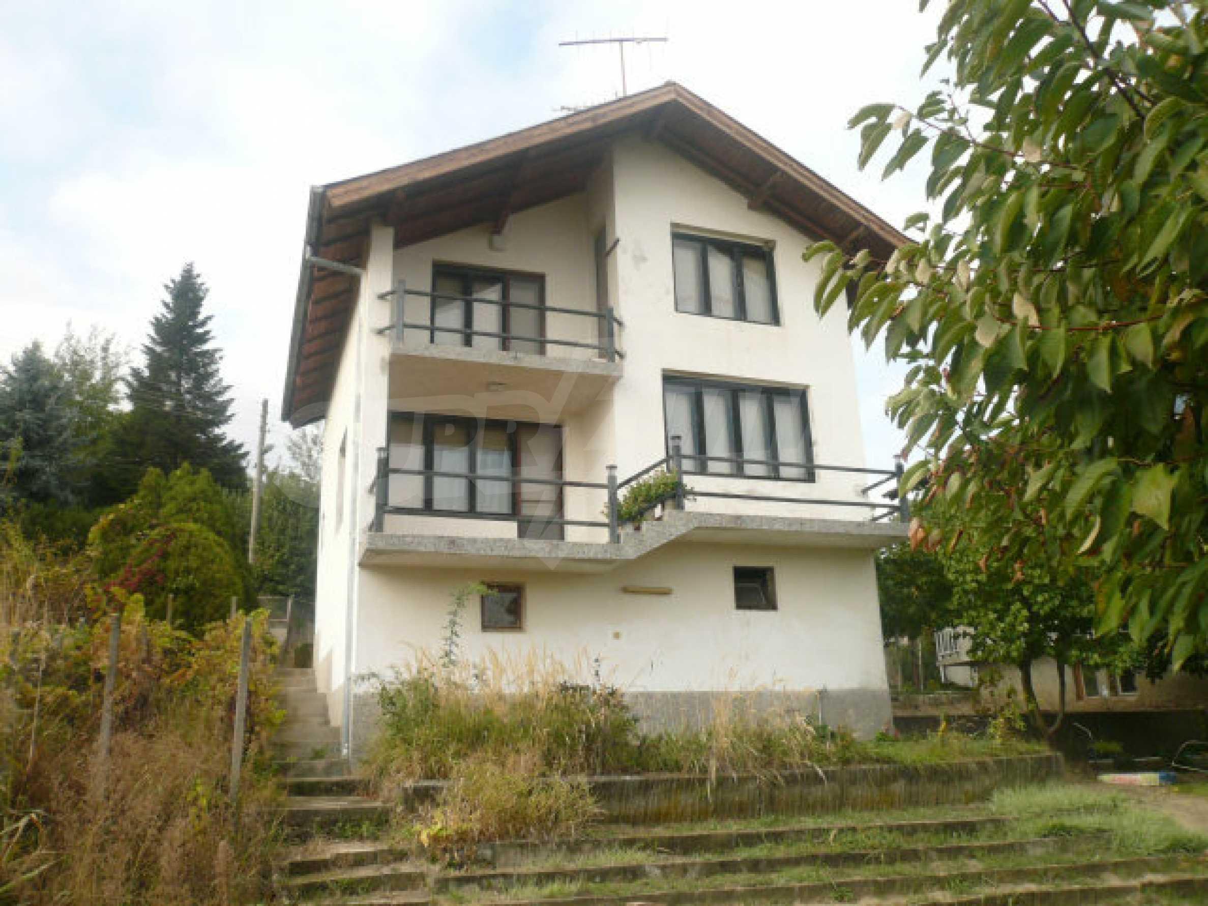 Dreistöckige Villa an der Küste von Donau