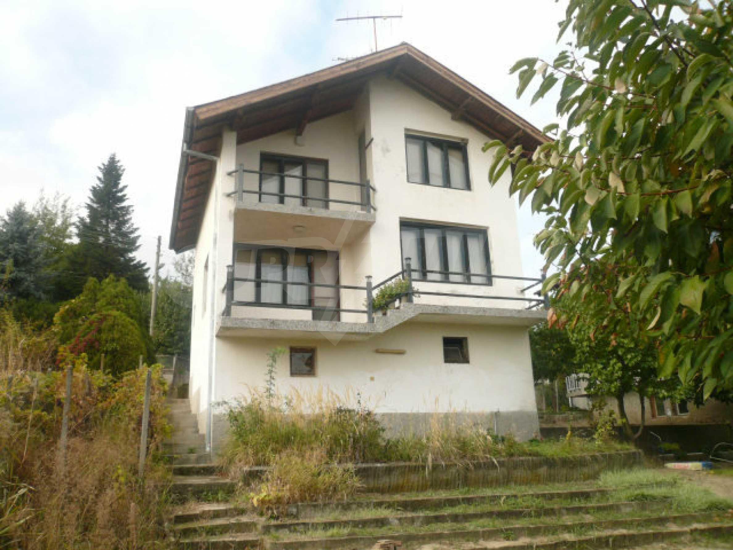 Dreistöckige Villa an der Küste von Donau 1