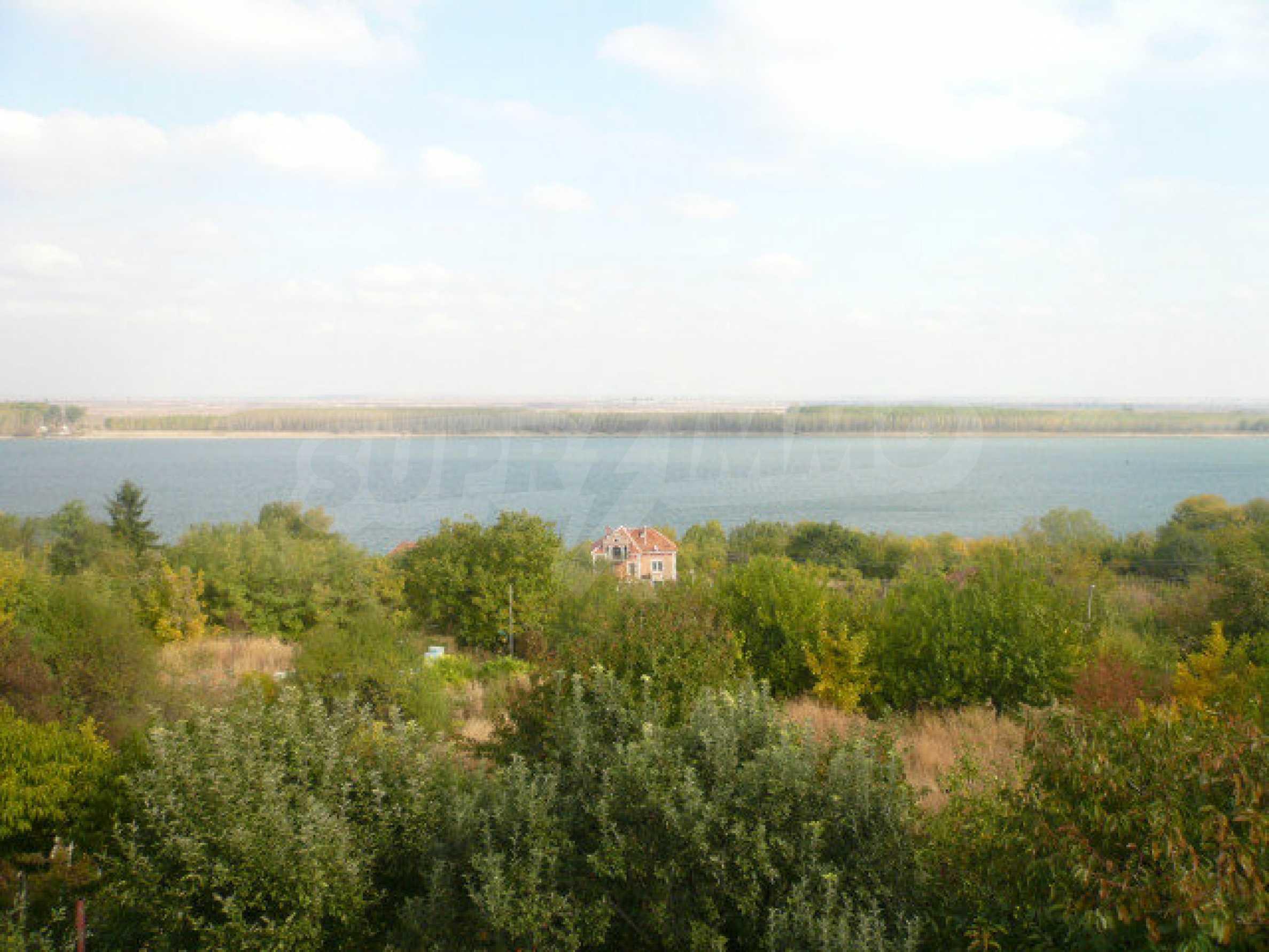 Dreistöckige Villa an der Küste von Donau 23
