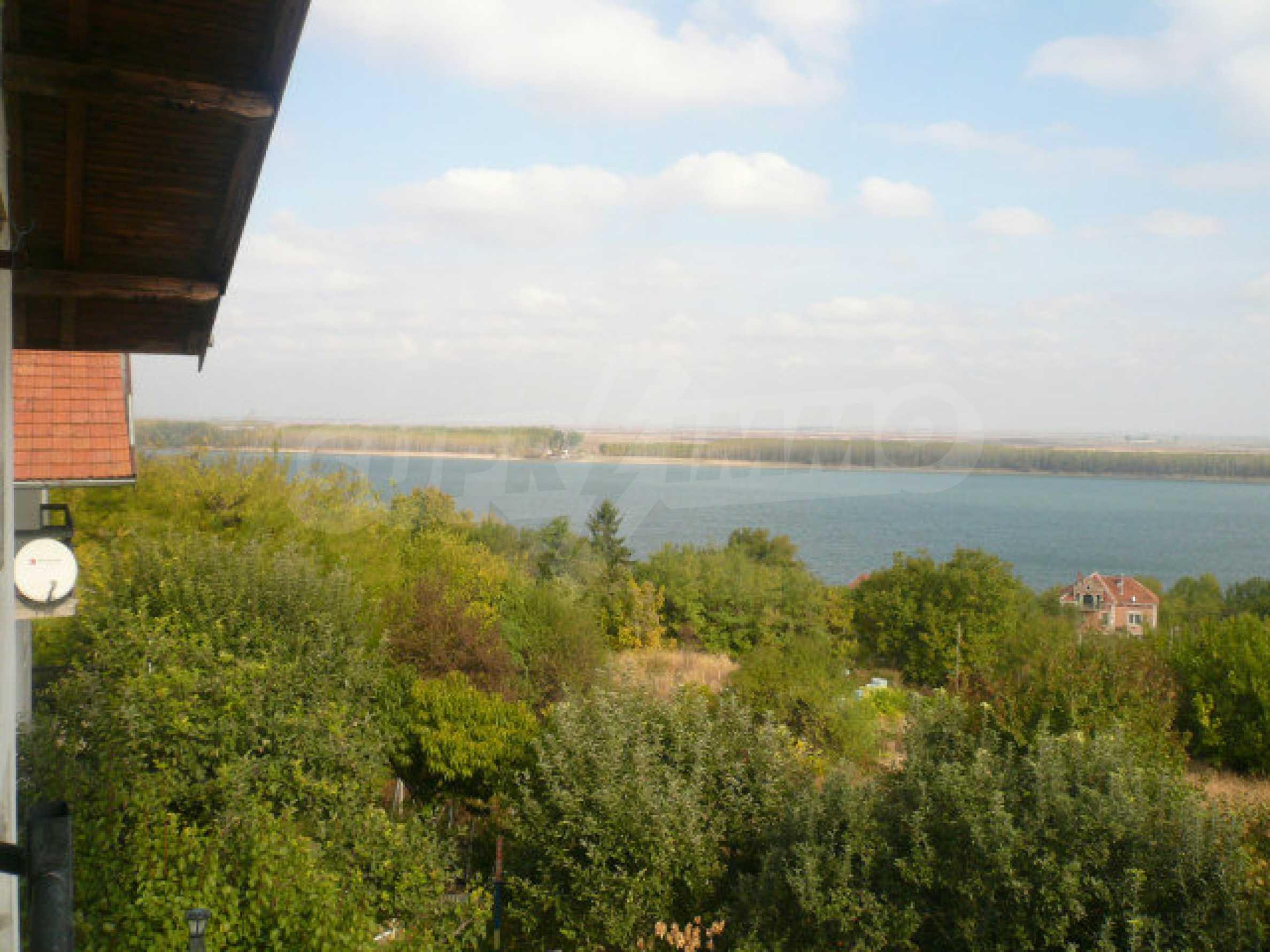 Dreistöckige Villa an der Küste von Donau 25