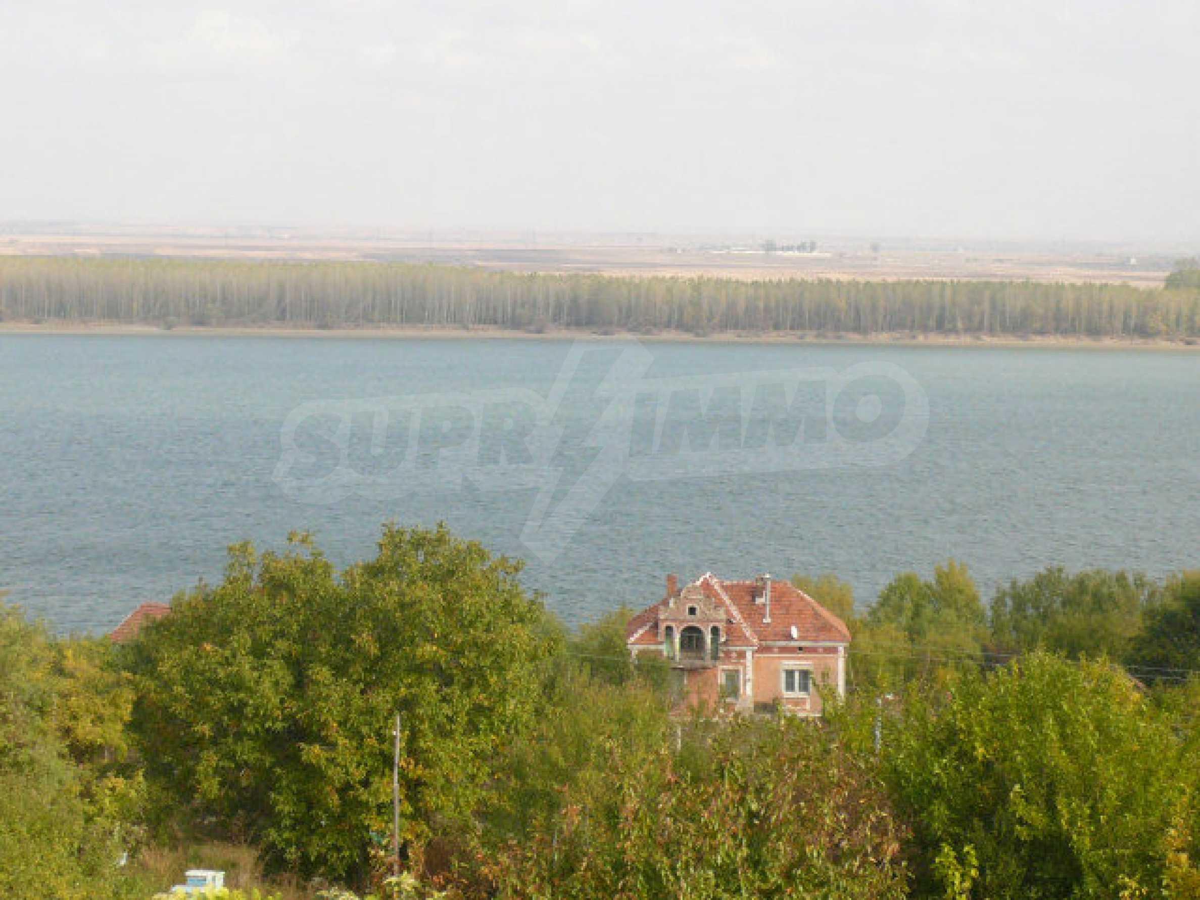 Dreistöckige Villa an der Küste von Donau 26