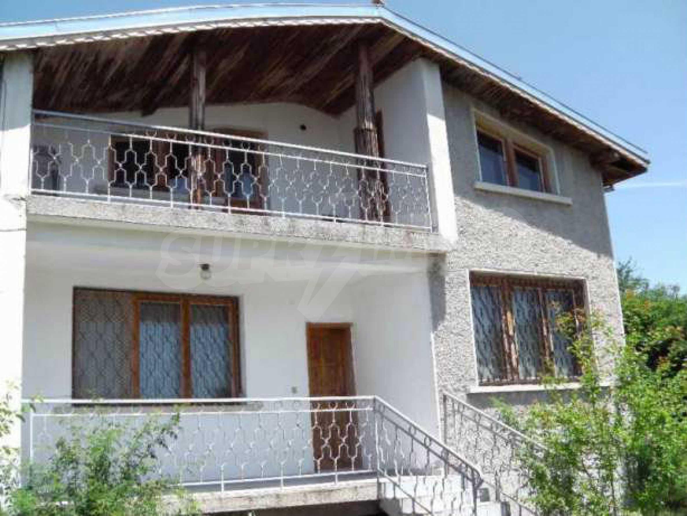 Двуетажна  къща с двор  в село на 11 км от Велико Търново  1