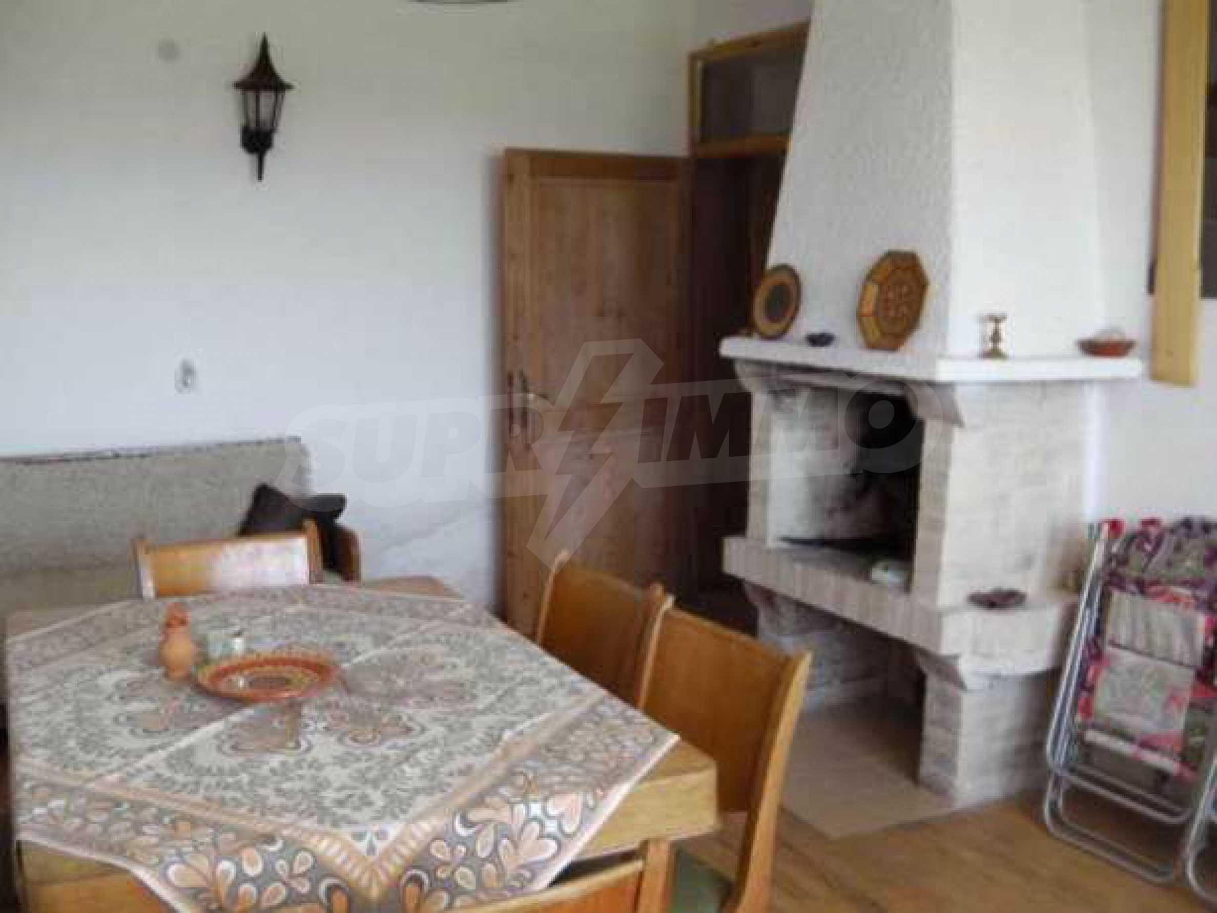 Двуетажна  къща с двор  в село на 11 км от Велико Търново  2