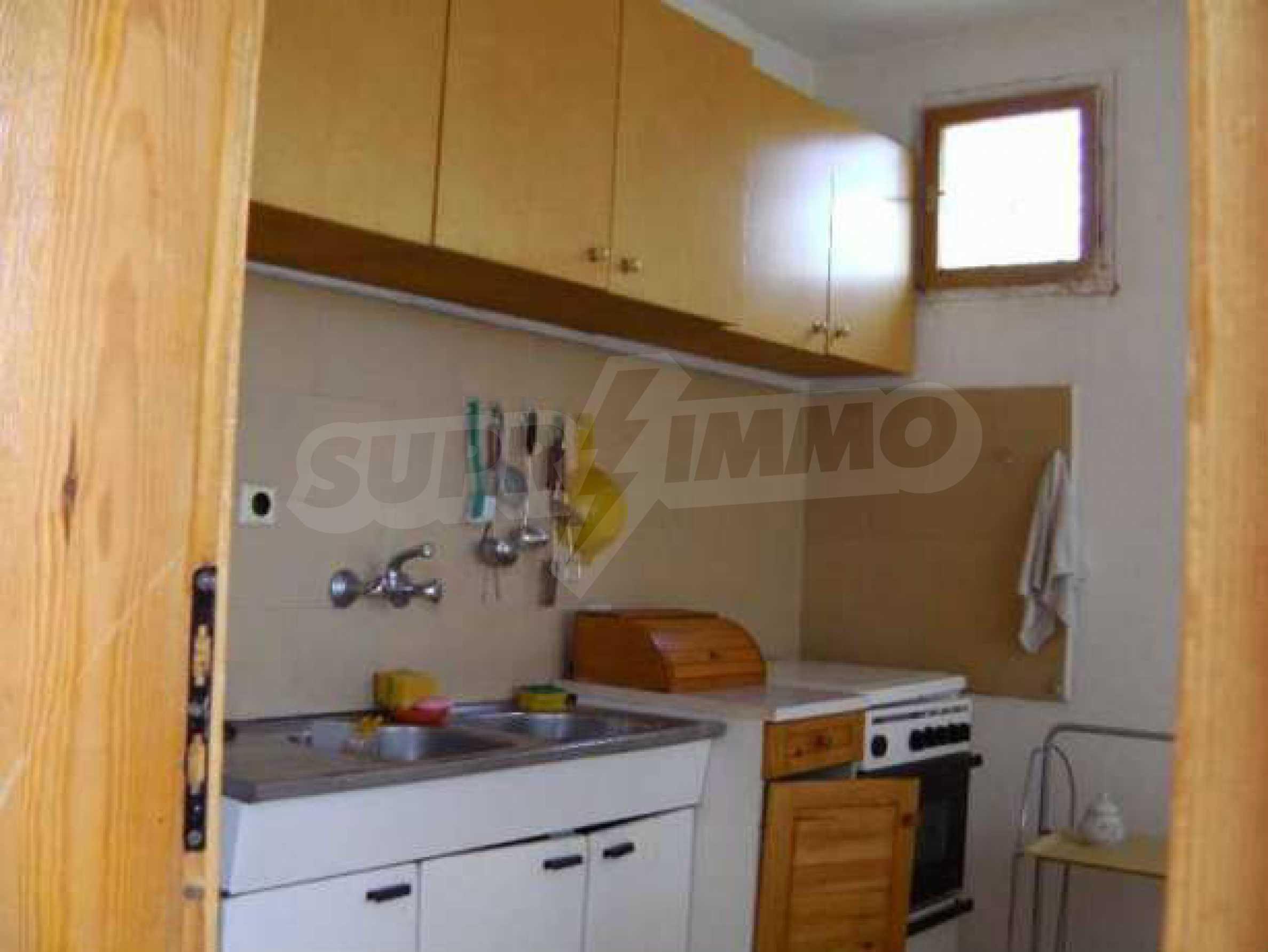 Двуетажна  къща с двор  в село на 11 км от Велико Търново  3