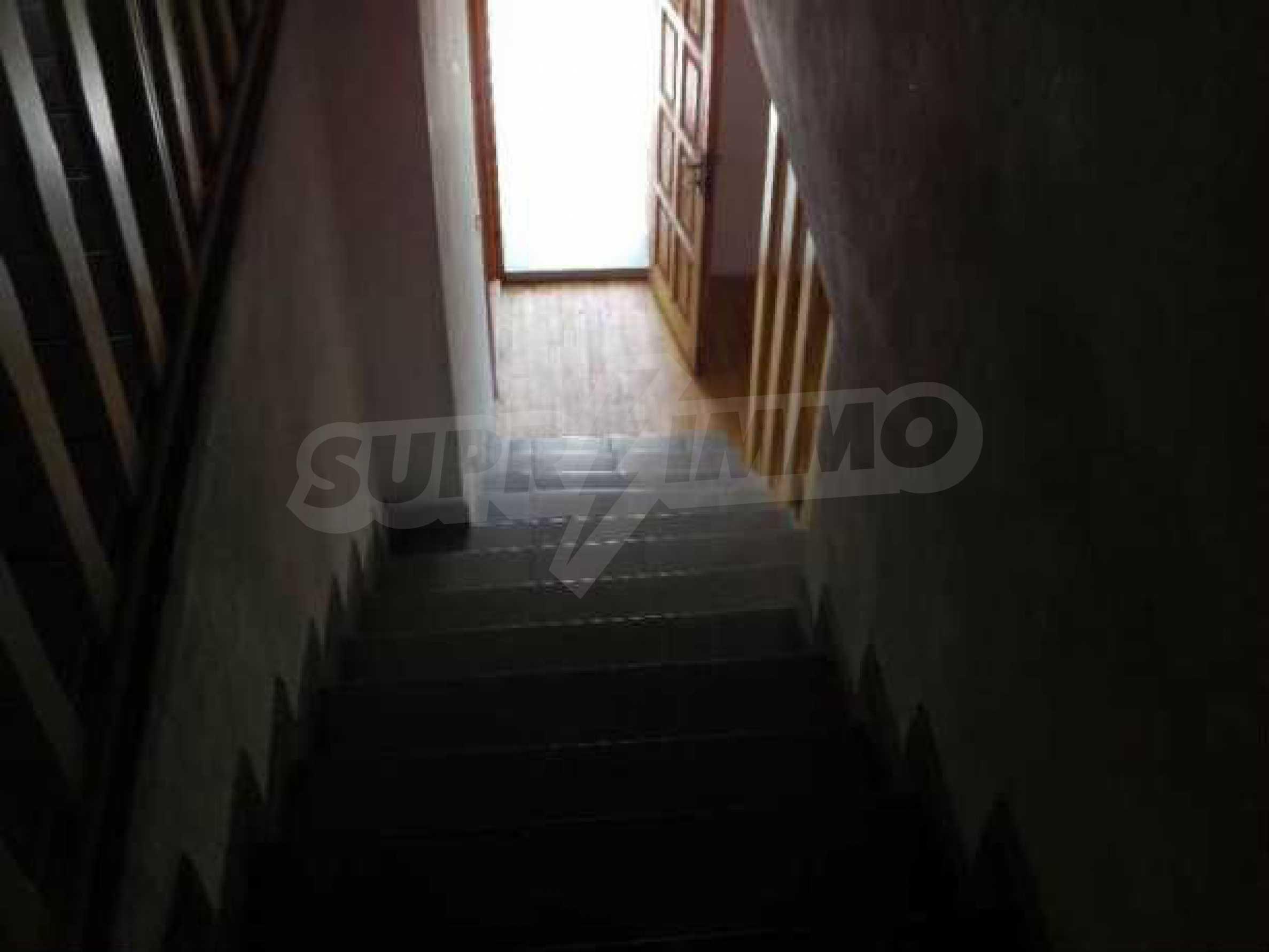 Двуетажна  къща с двор  в село на 11 км от Велико Търново  6