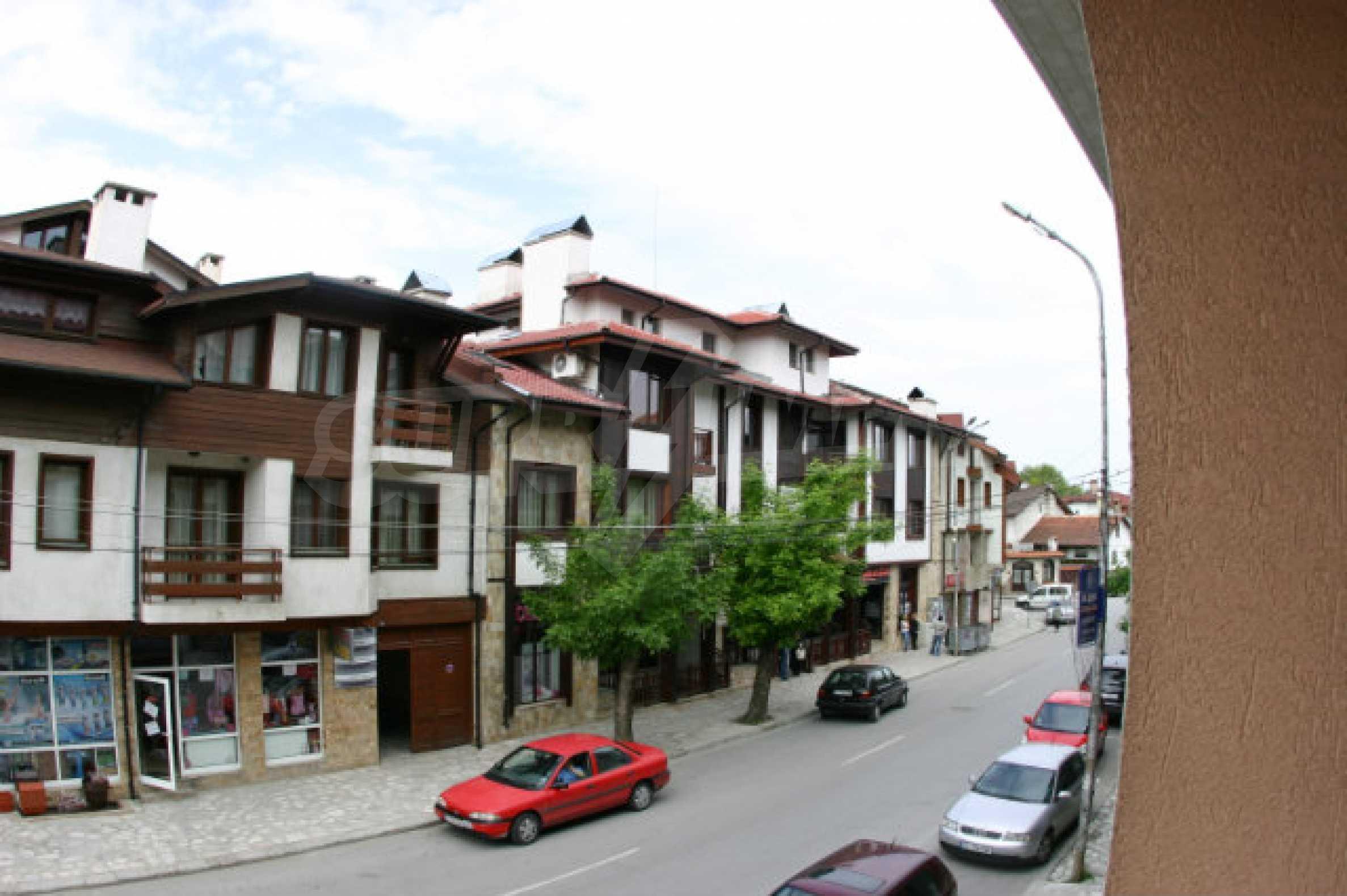 Триетажен хотел за продажба в Банско