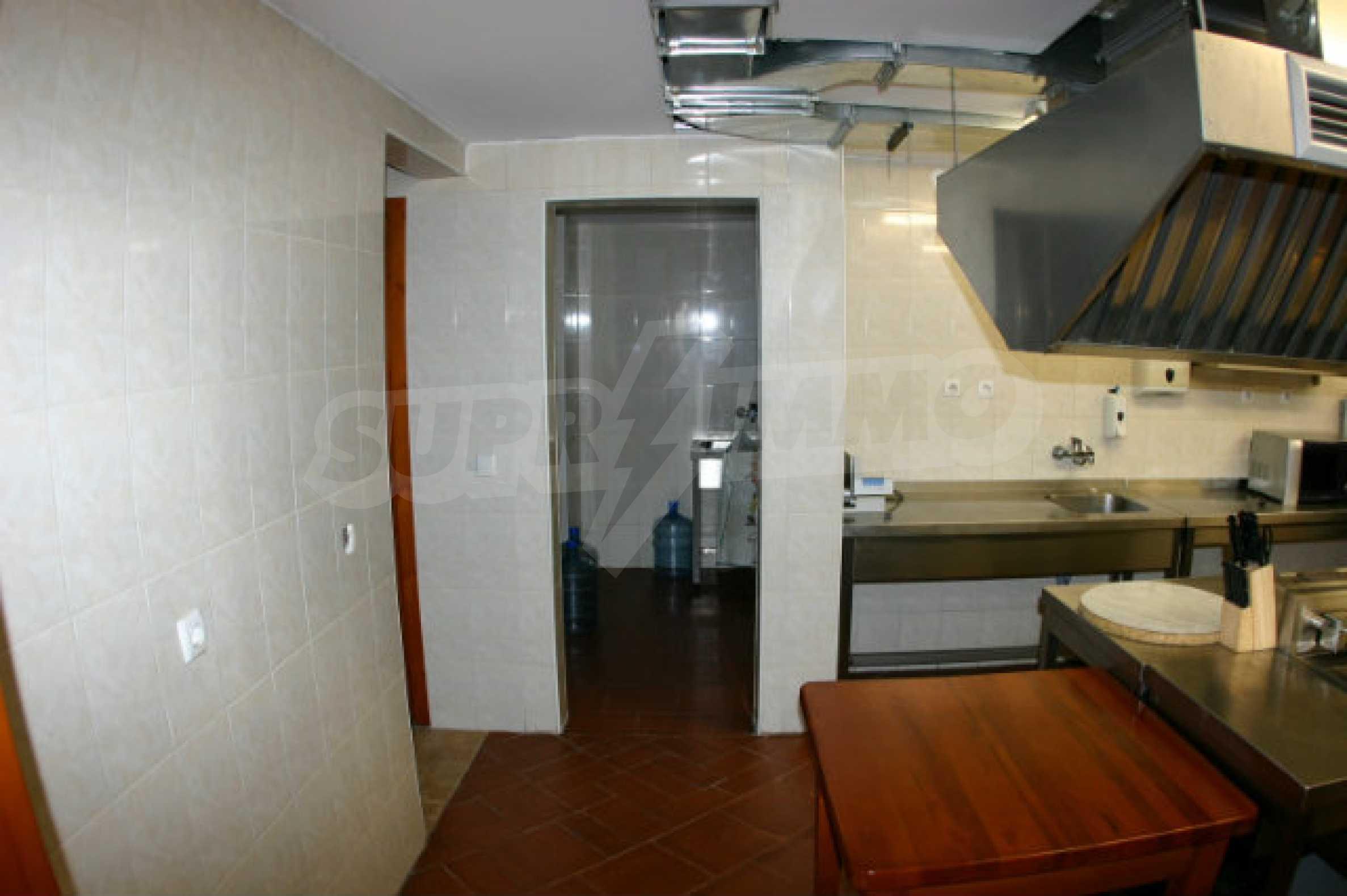 Триетажен хотел за продажба в Банско 11