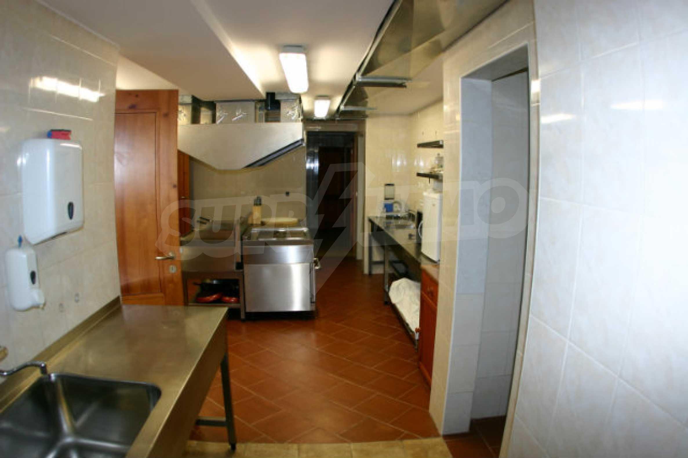 Триетажен хотел за продажба в Банско 16