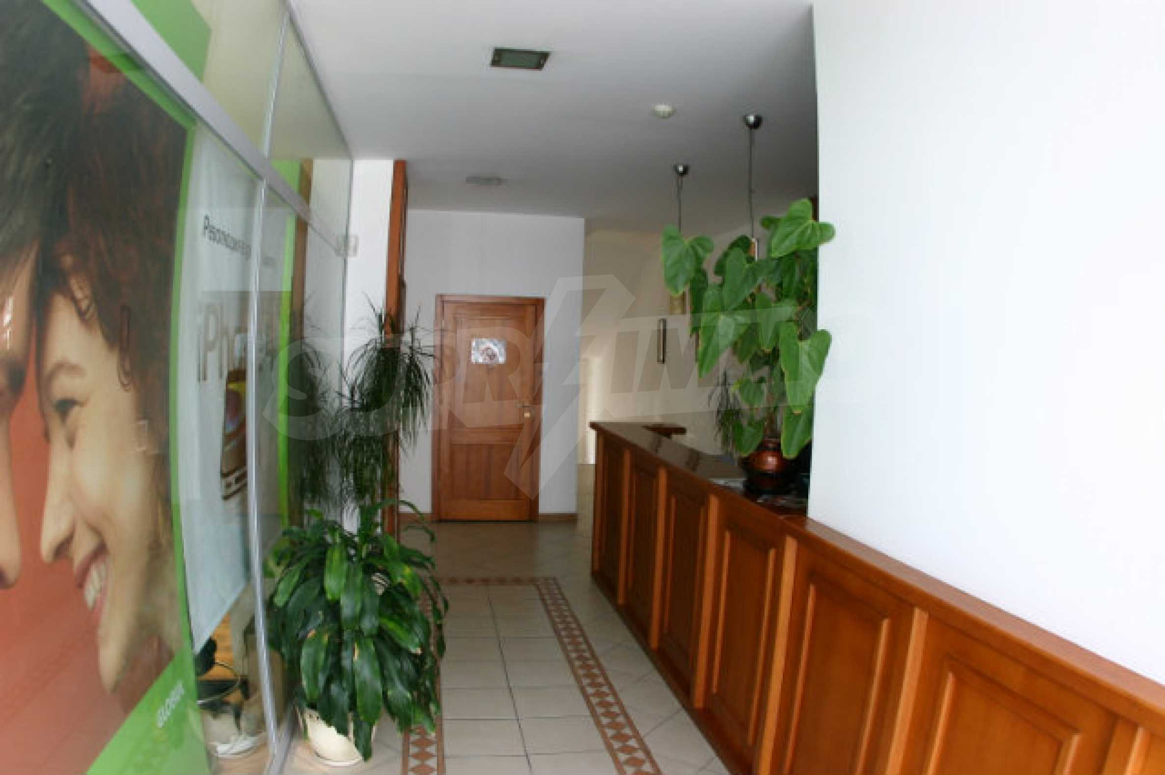 Триетажен хотел за продажба в Банско 1