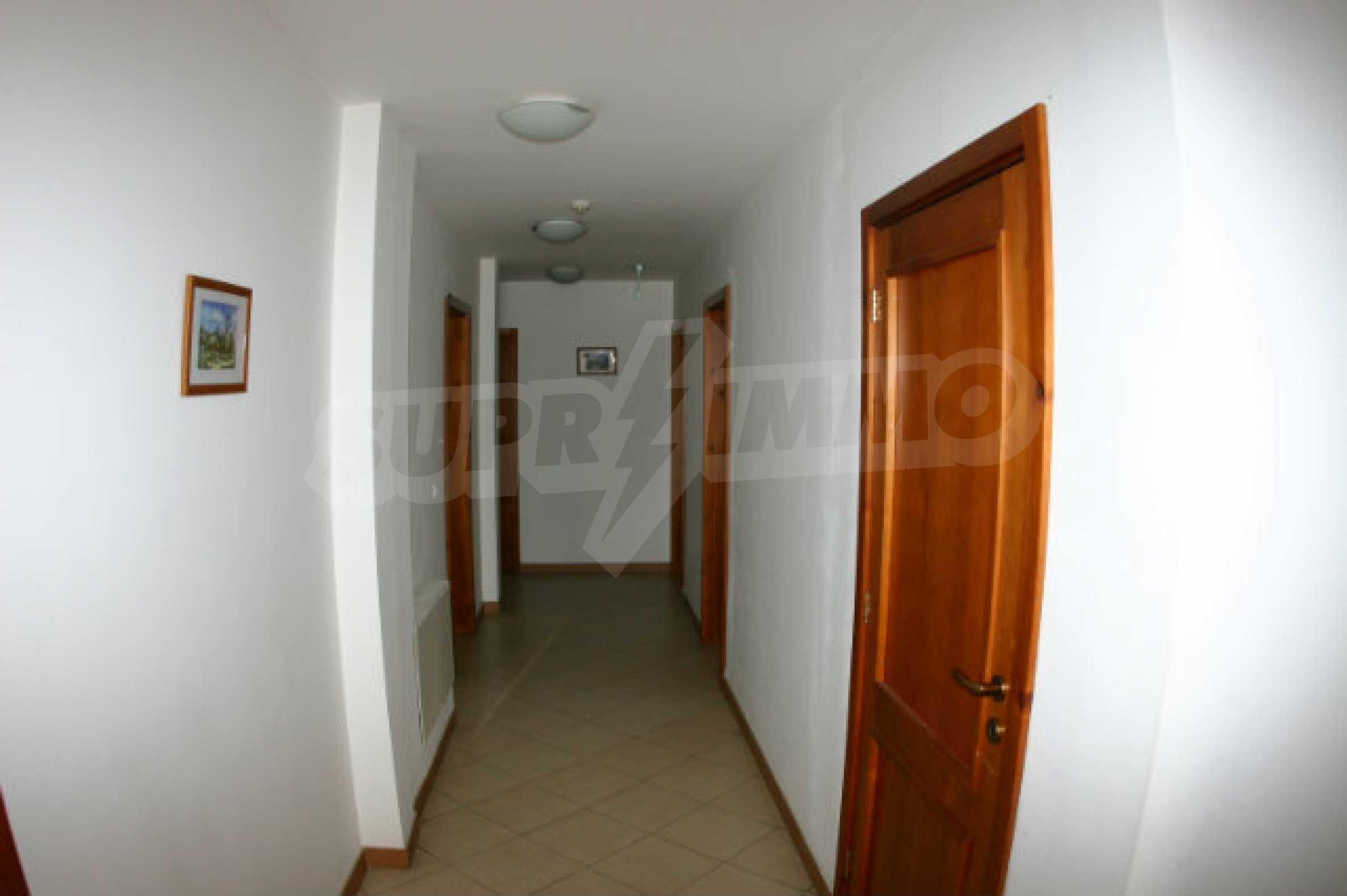 Триетажен хотел за продажба в Банско 26