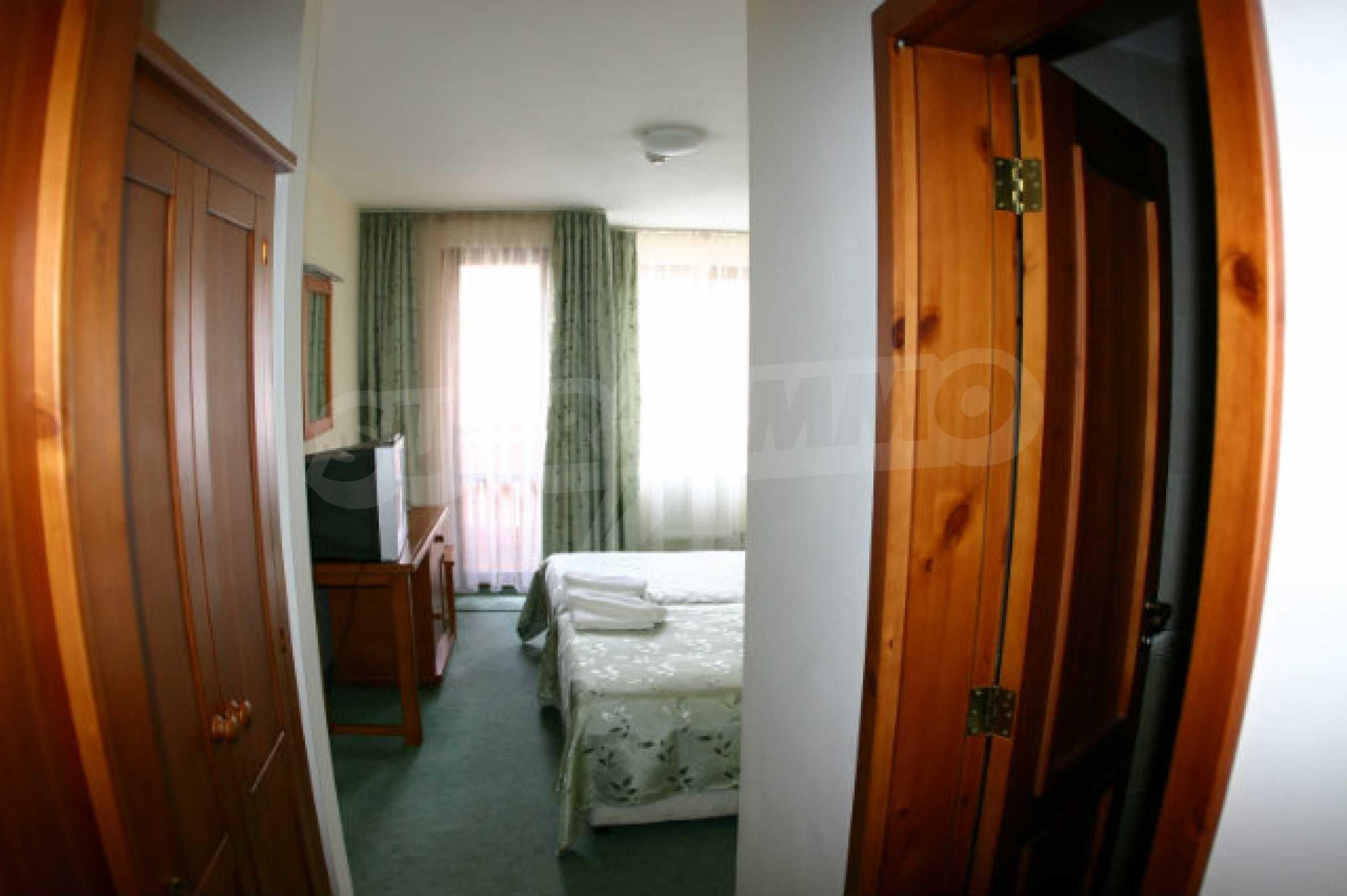 Триетажен хотел за продажба в Банско 27