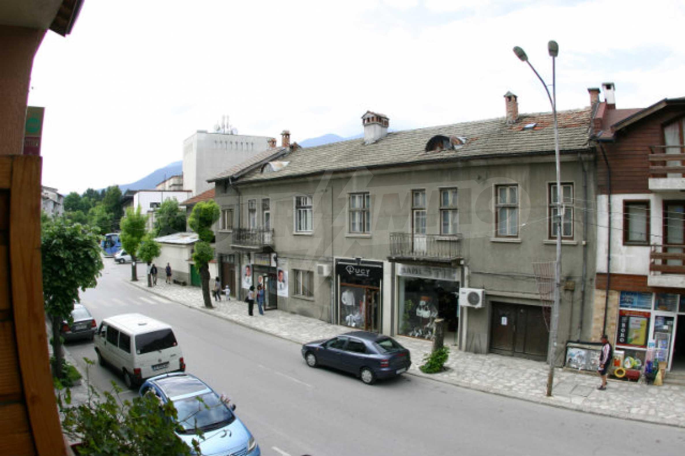 Триетажен хотел за продажба в Банско 32