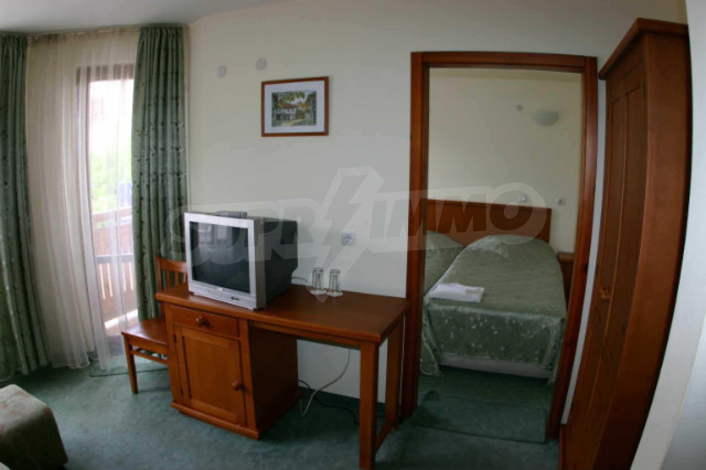 Триетажен хотел за продажба в Банско 36