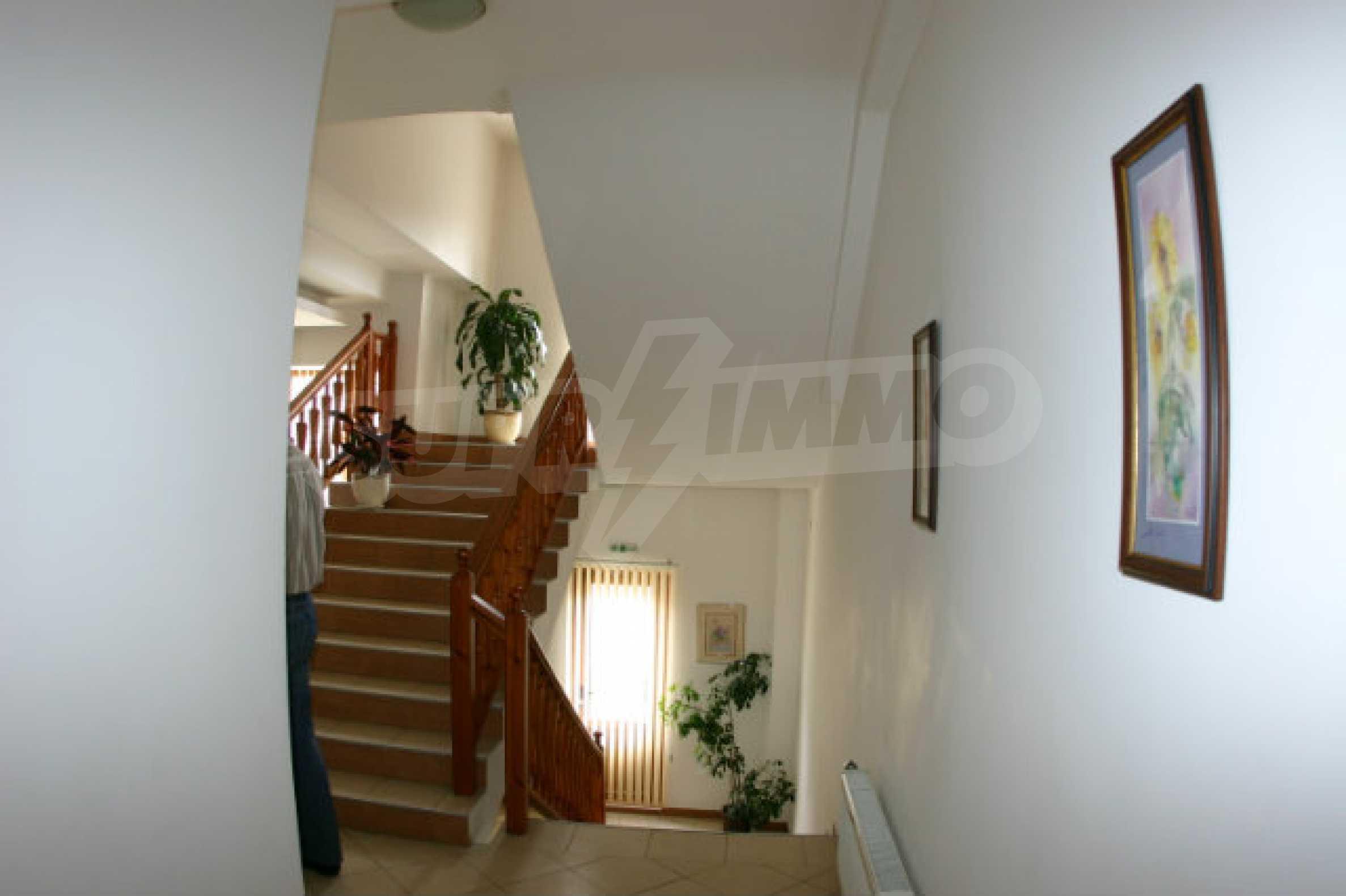 Триетажен хотел за продажба в Банско 3