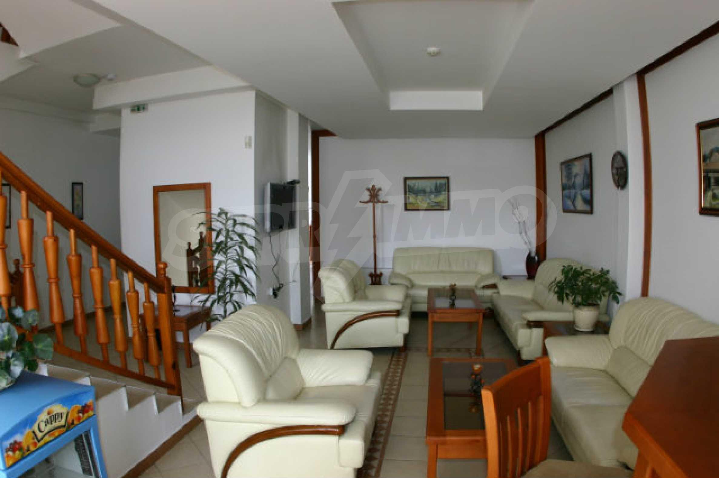 Триетажен хотел за продажба в Банско 6
