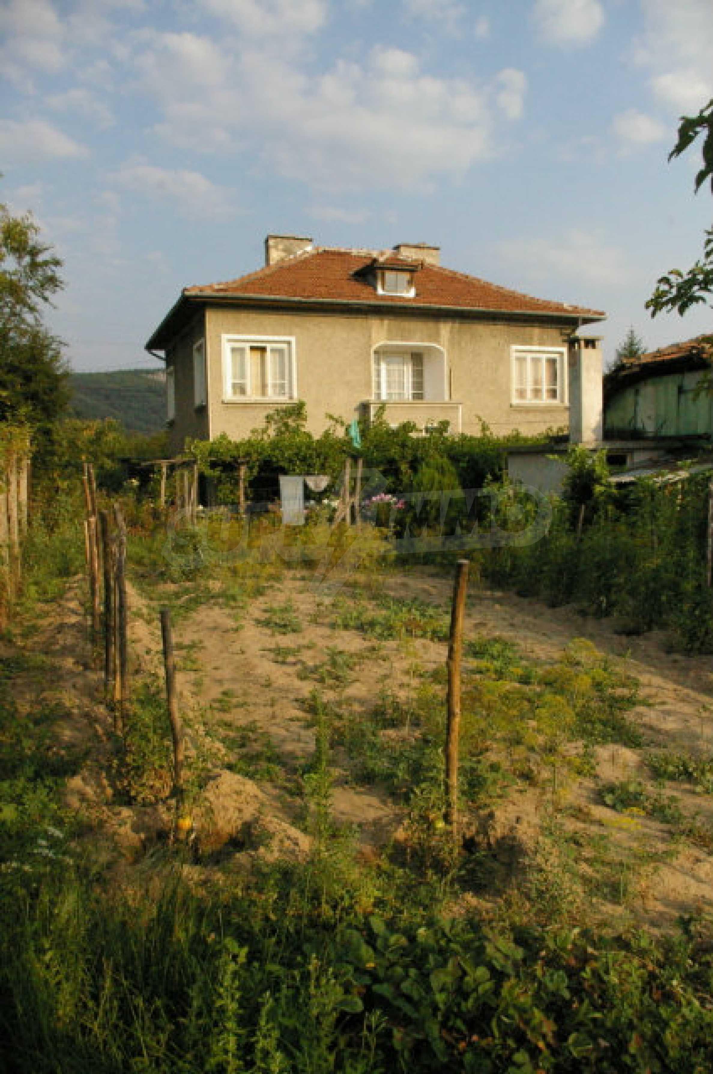 Просторна двуетажна къща в район с красива природа 15